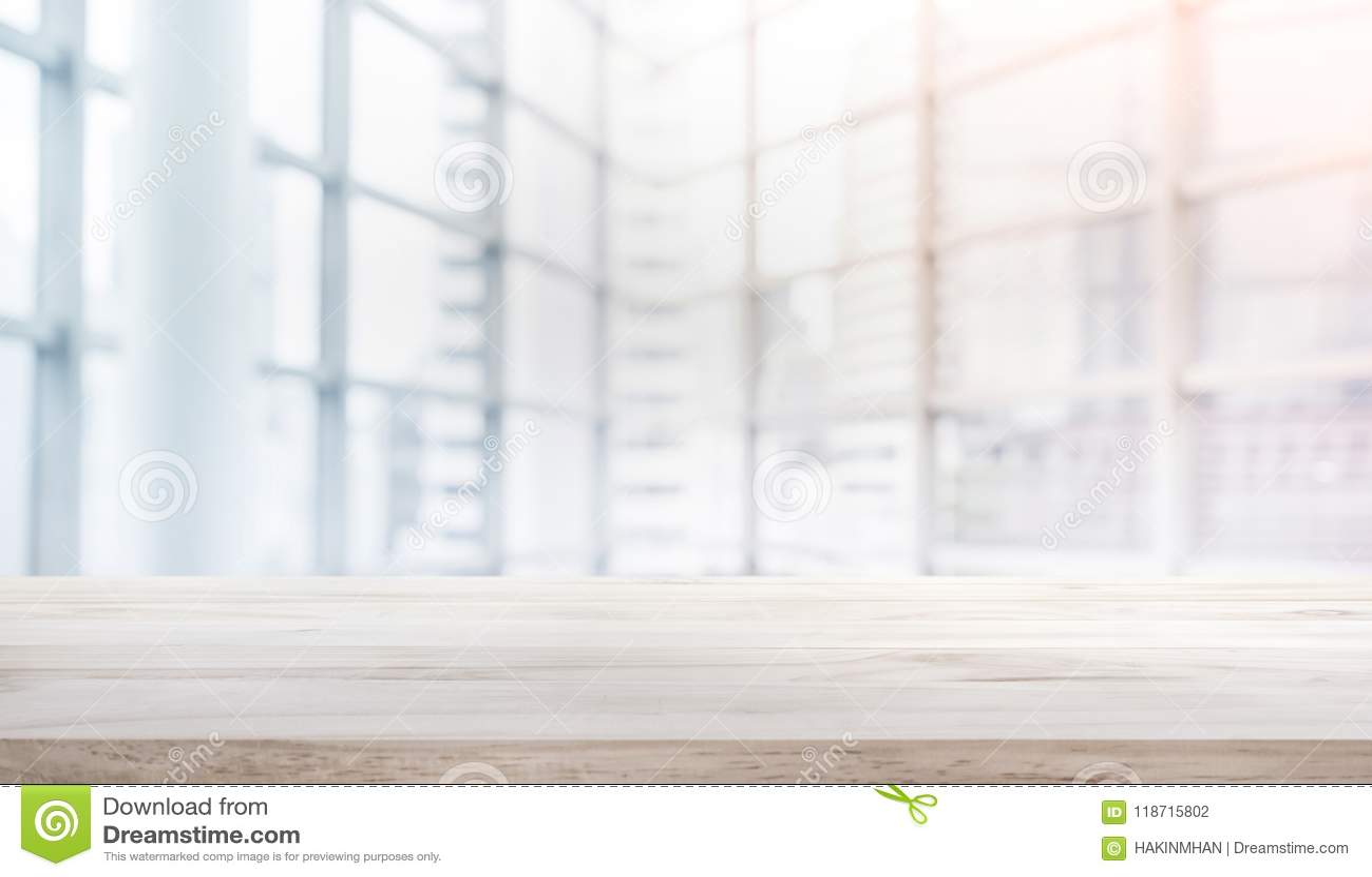 Houten lijstbovenkant op het venster van het achtergrond onduidelijk beeld wit glas vormbureau