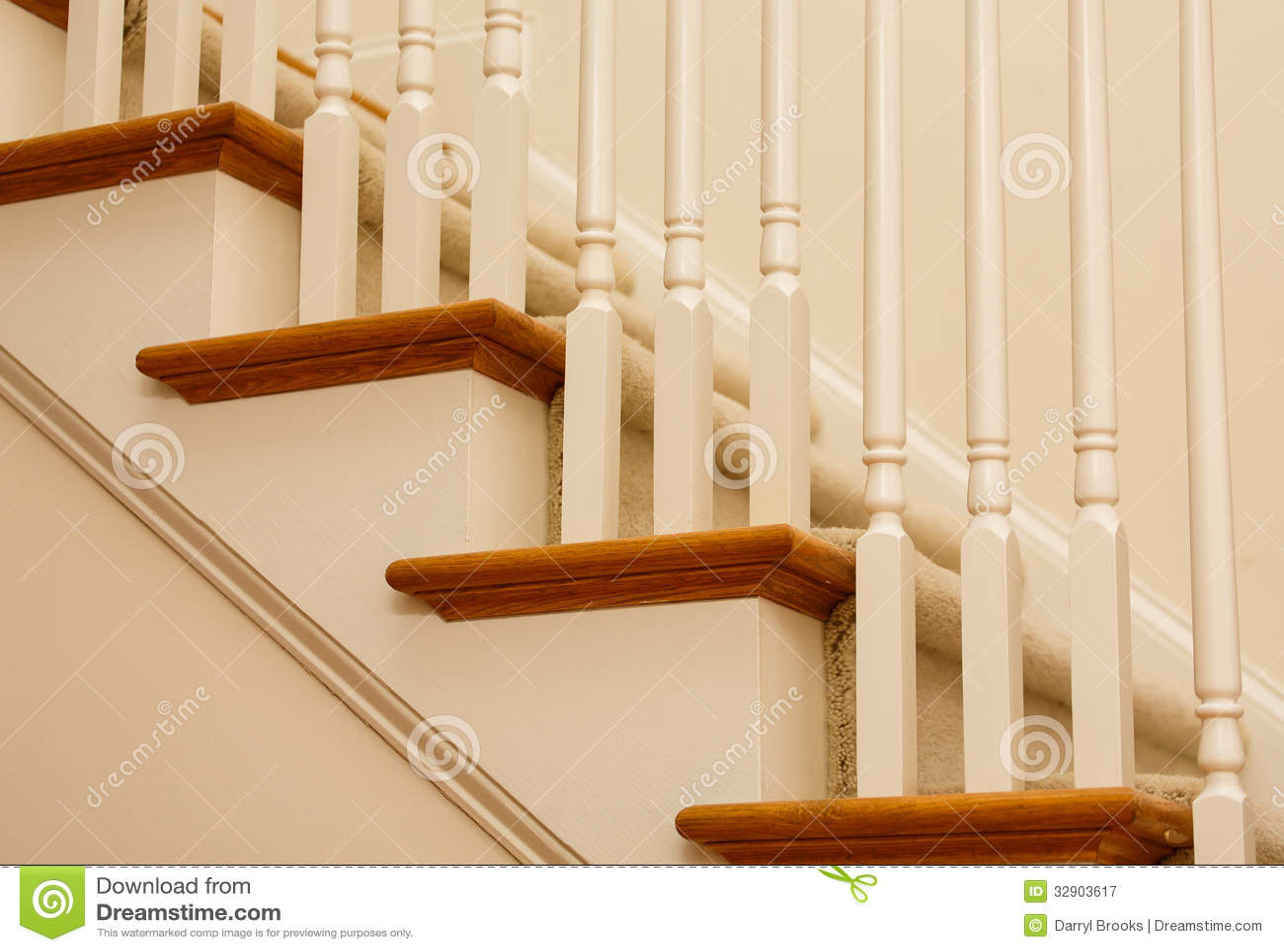 Houten loopvlakken en geschilderde piketten royalty vrije stock fotografie afbeelding 32903617 - Geschilderde houten trap ...
