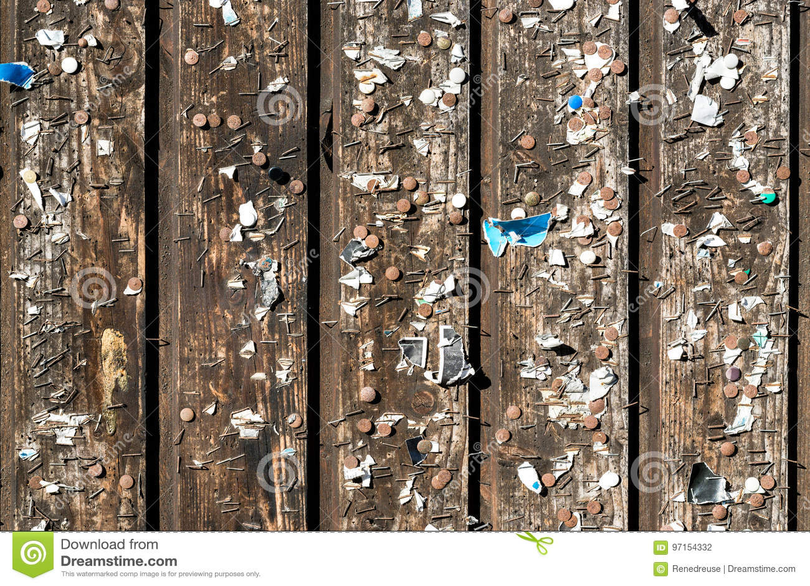 Mooie Houten Plank Voor Aan De Muur.Houten Muur Met Oude Spelden En Nietjes Uitstekend Prikbord Stock
