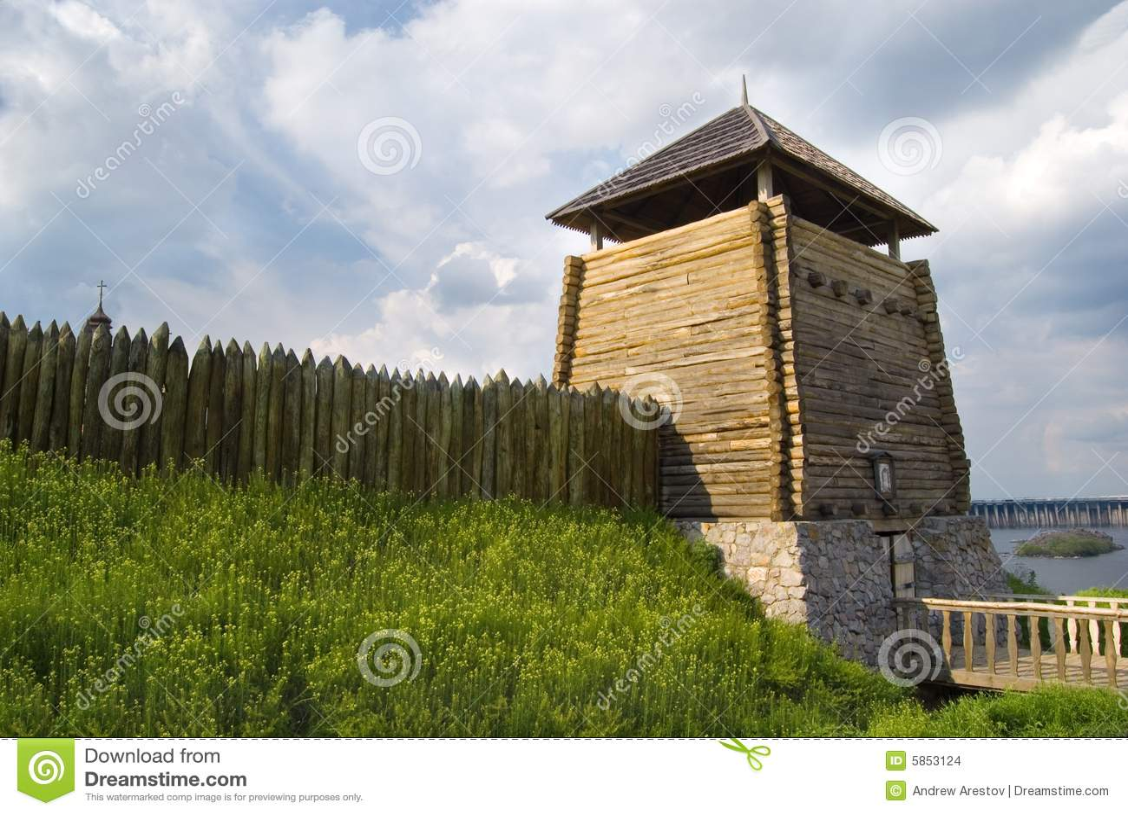 Houten omheining en toren