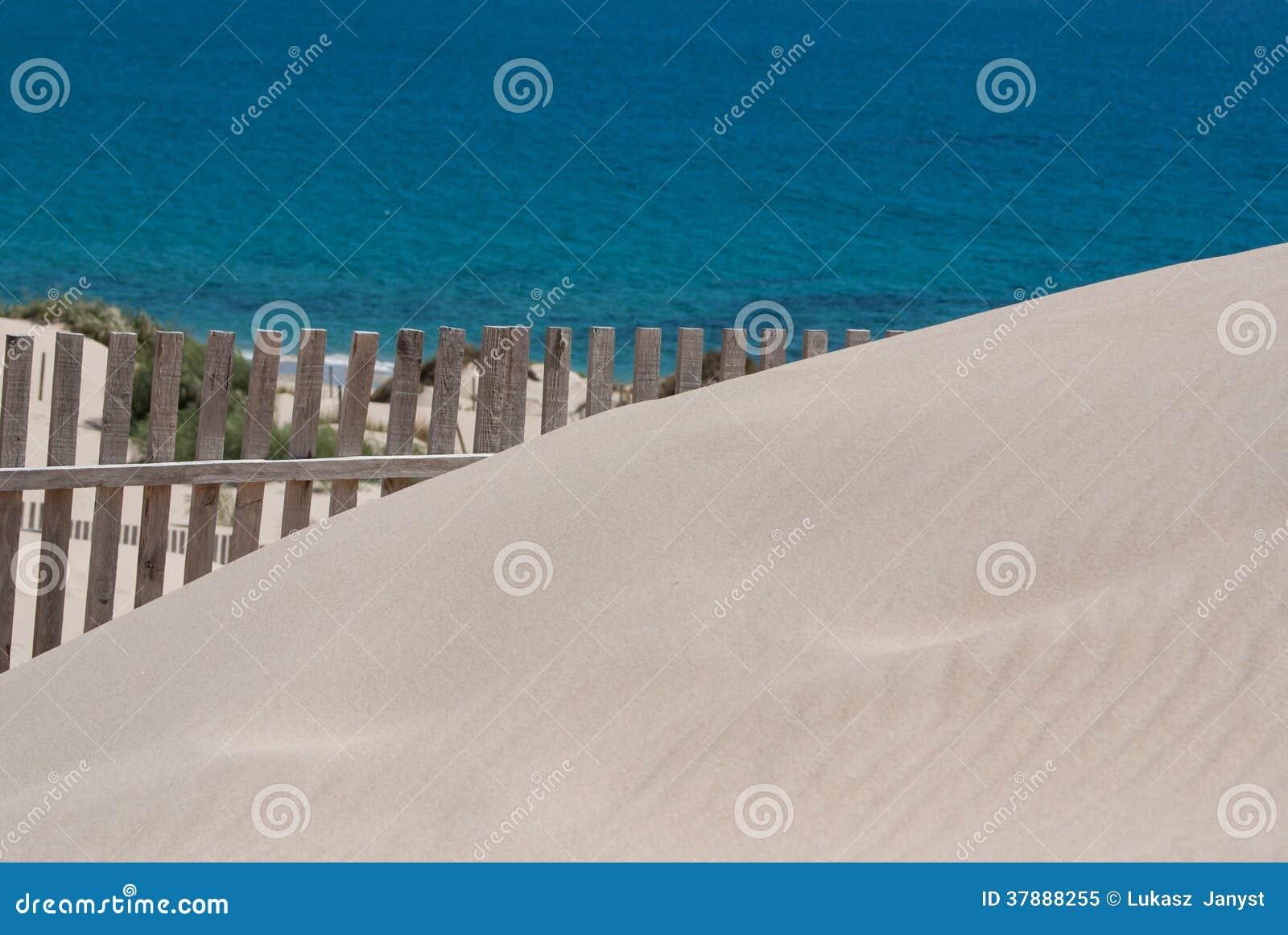 Houten omheiningen op verlaten strandduinen in Tarifa, Spanje