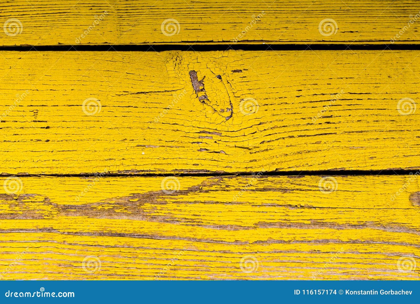 Houten oppervlakte met schil gele verf