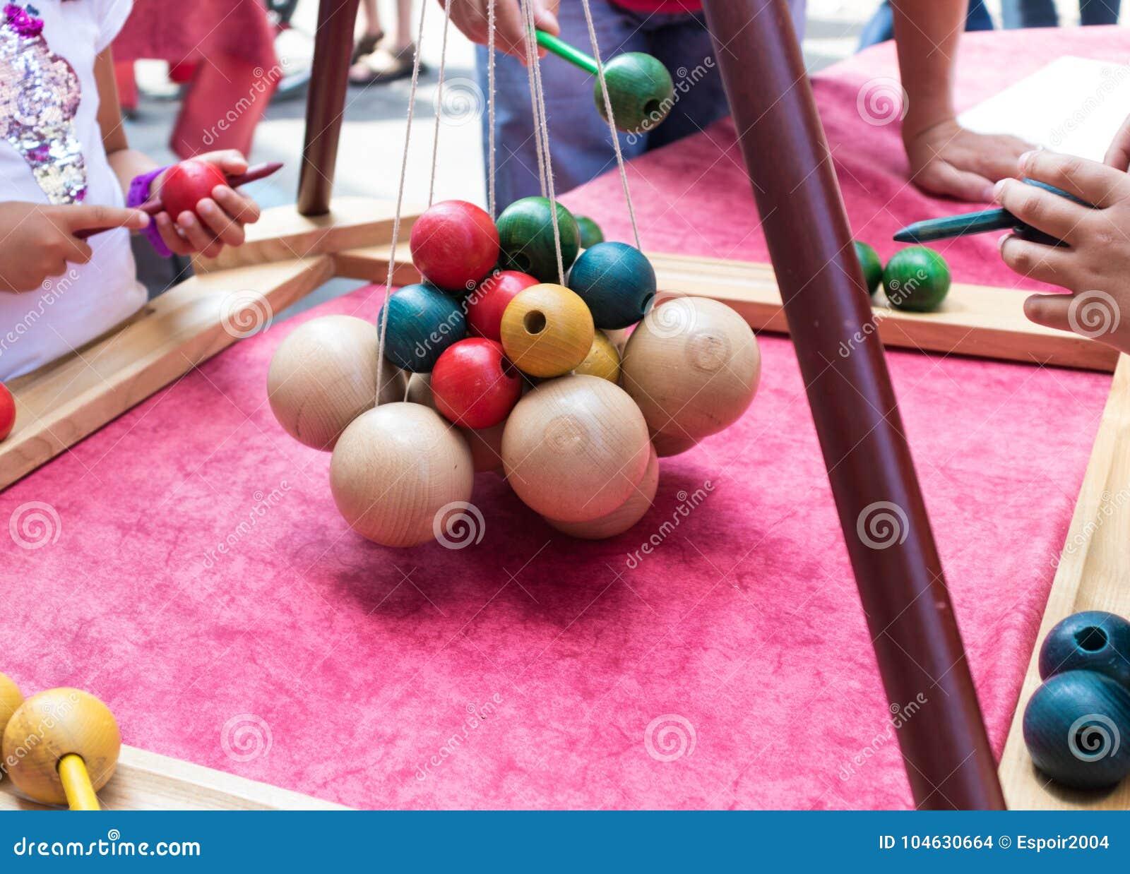 Houten oude kinderen` s spelen