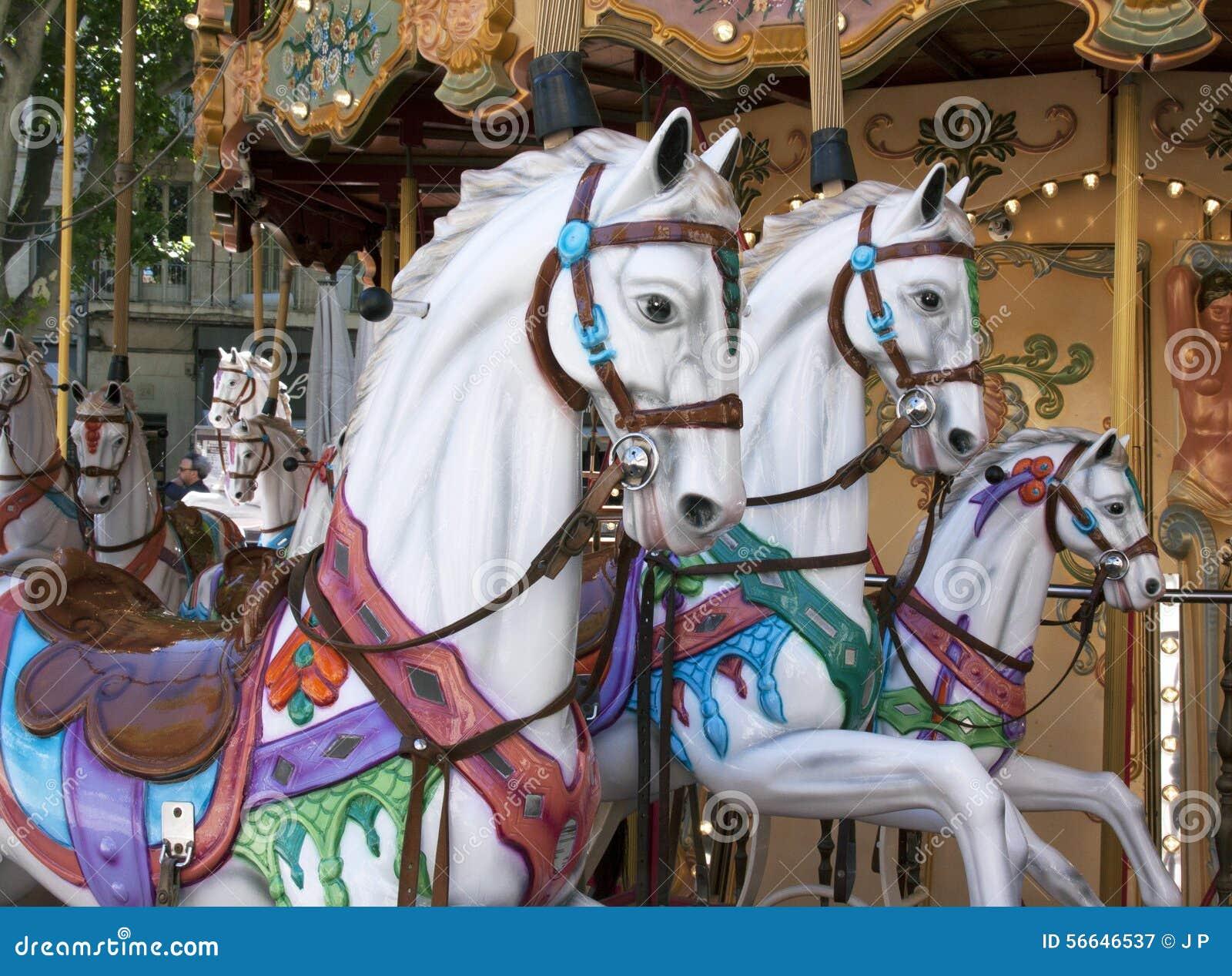 Houten paarden in een caroussel