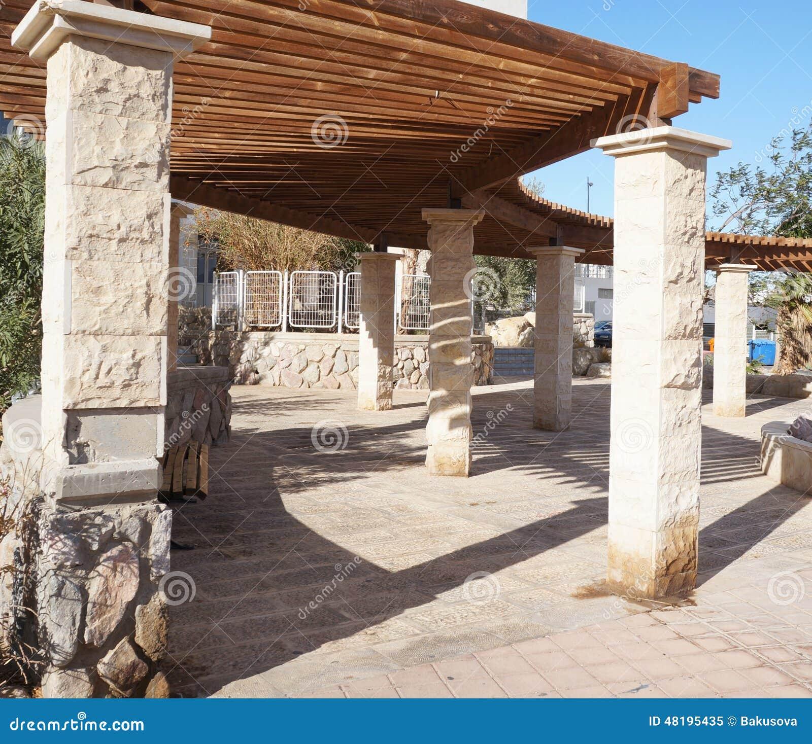 Houten pergola stock foto afbeelding 48195435 - Terras houten pergola ...