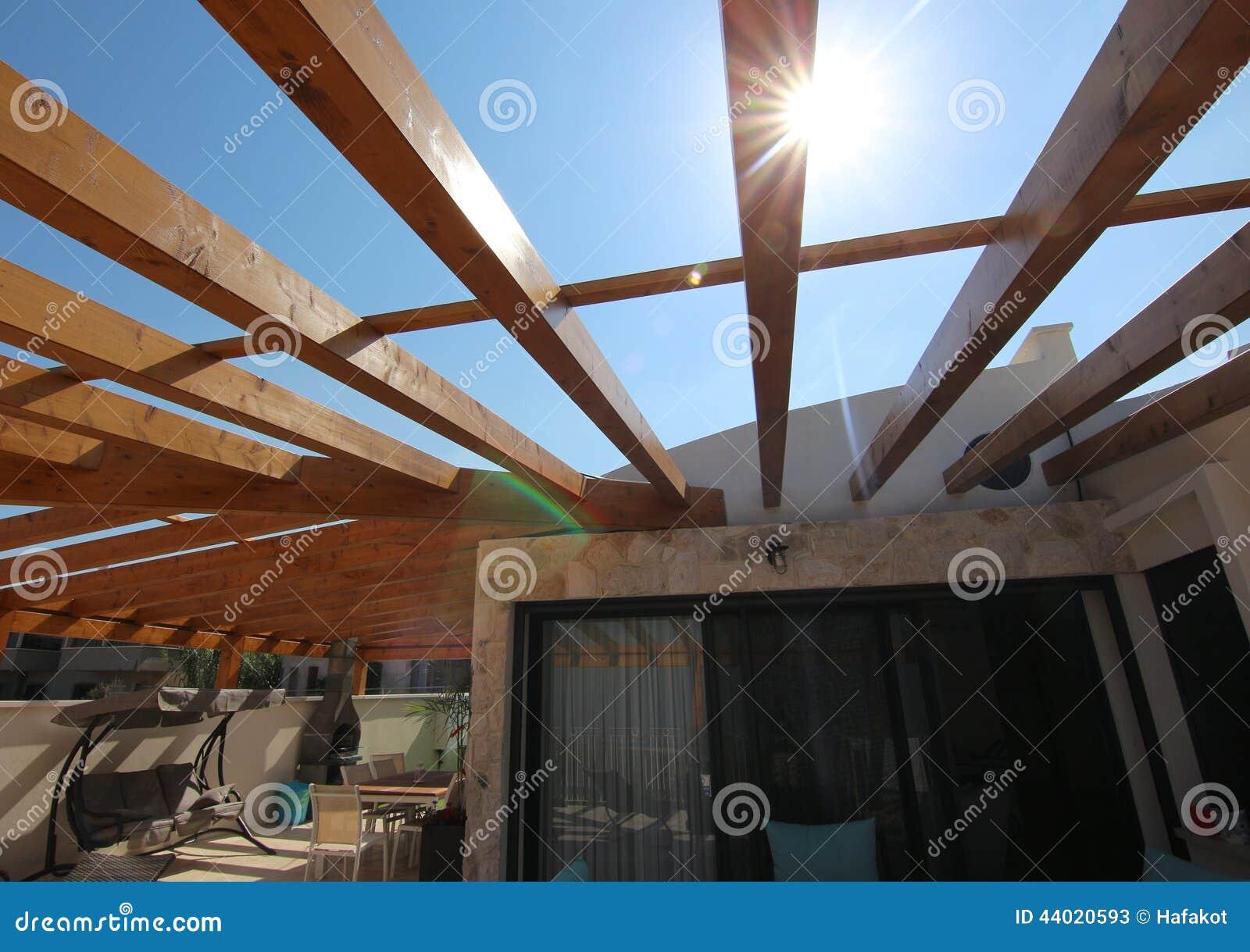 Houten pergola op het dak van een villa stock afbeelding