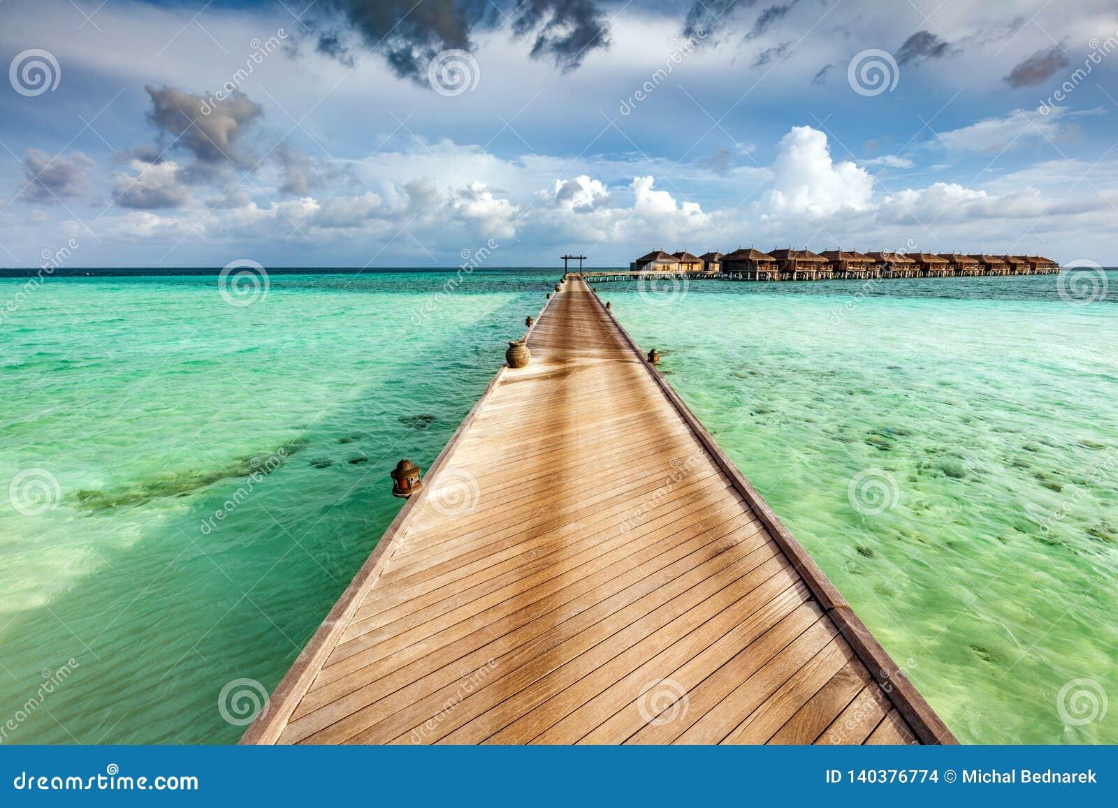Houten pier op de oceaan op de Eilanden van de Maldiven