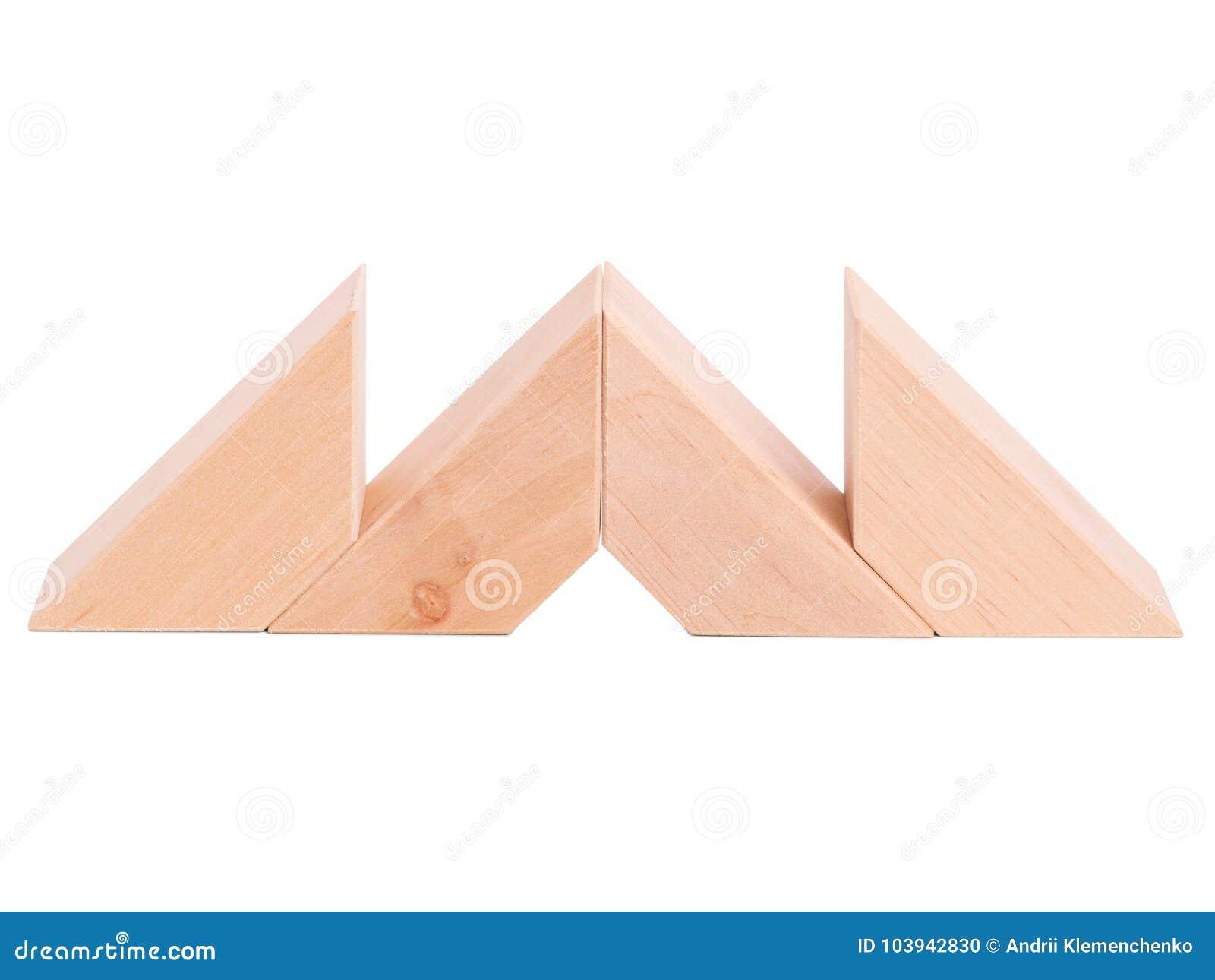 Houten piramide voor kindontwikkeling in wit geïsoleerde achtergrond