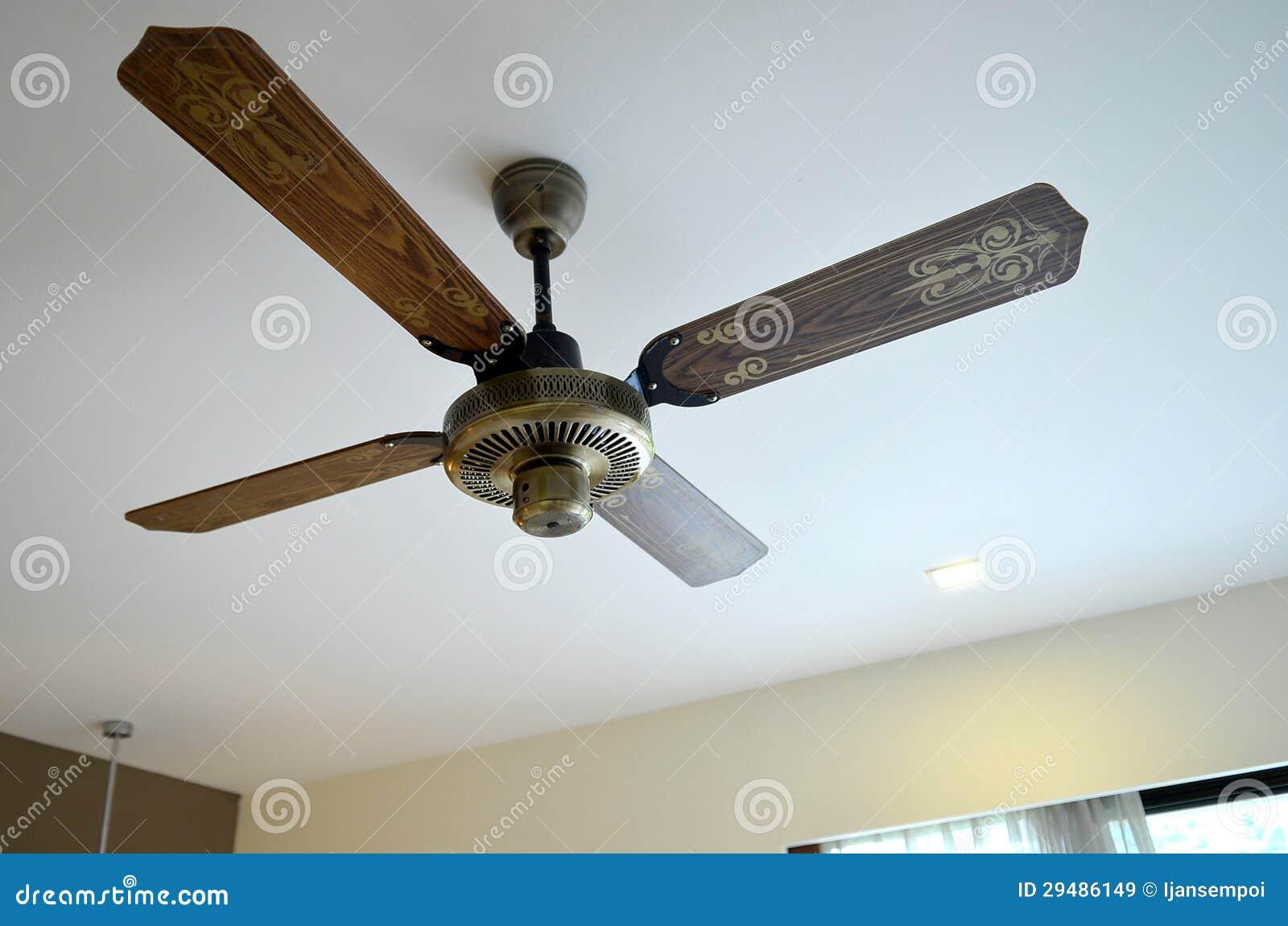 Houten Plafondventilator Royalty Vrije Stock Afbeeldingen