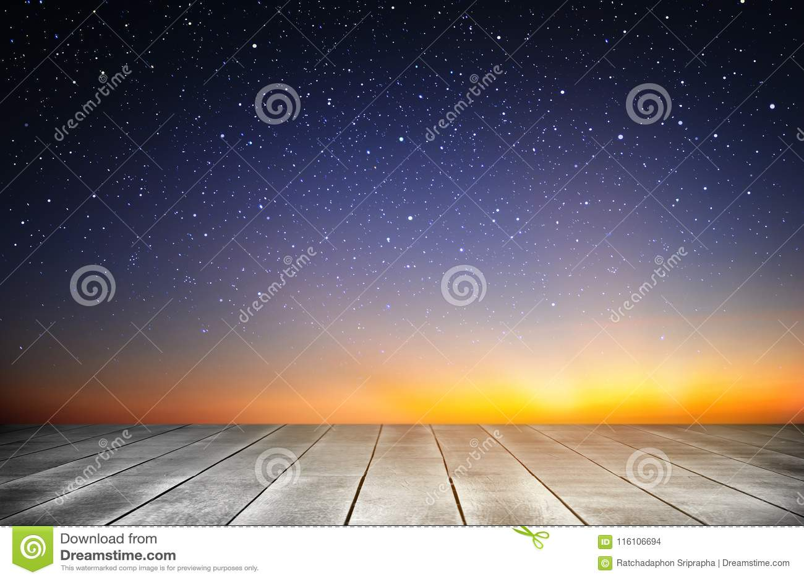 Houten plank en sterrige nachtachtergrond in de zonsopgangtijd