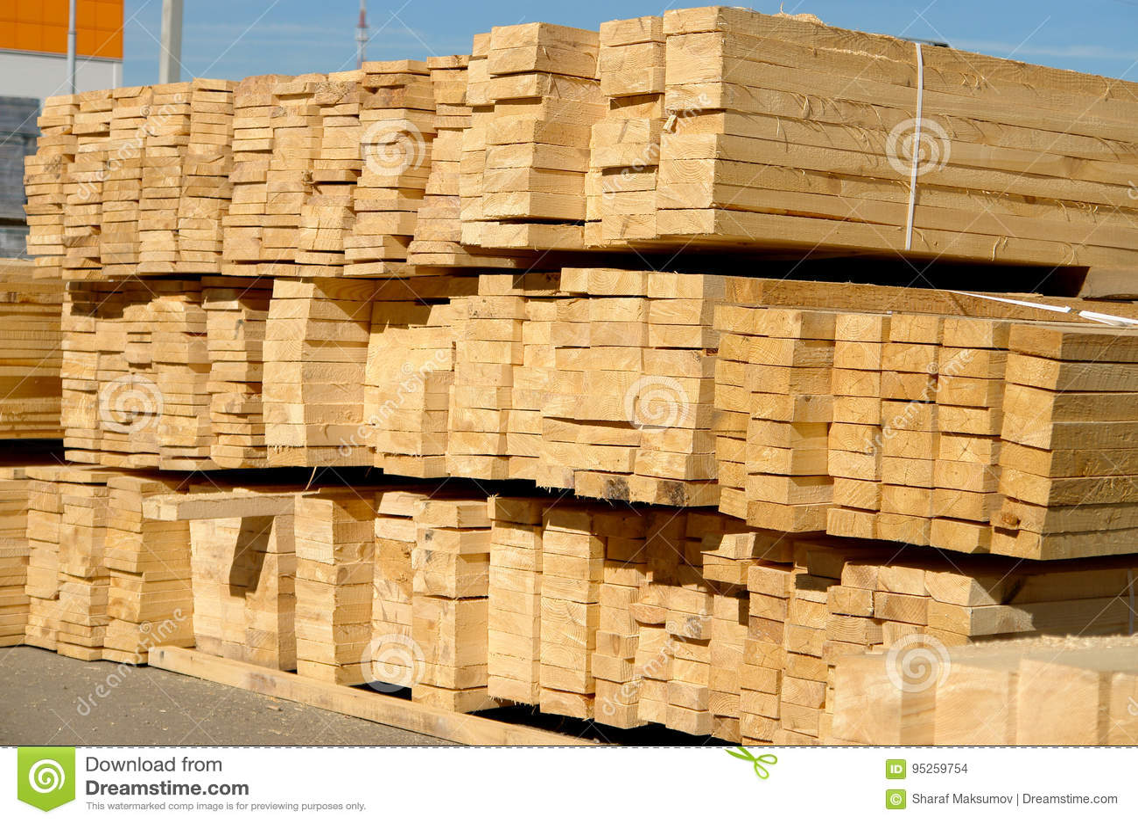 Houten planken op houtwerf, pakhuis of zaagmolen