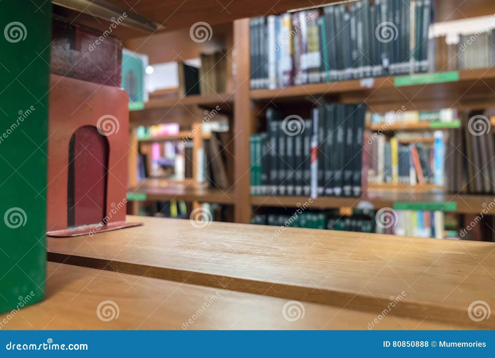 Houten planken velen boeksoort op houten plank wordt gestapeld die