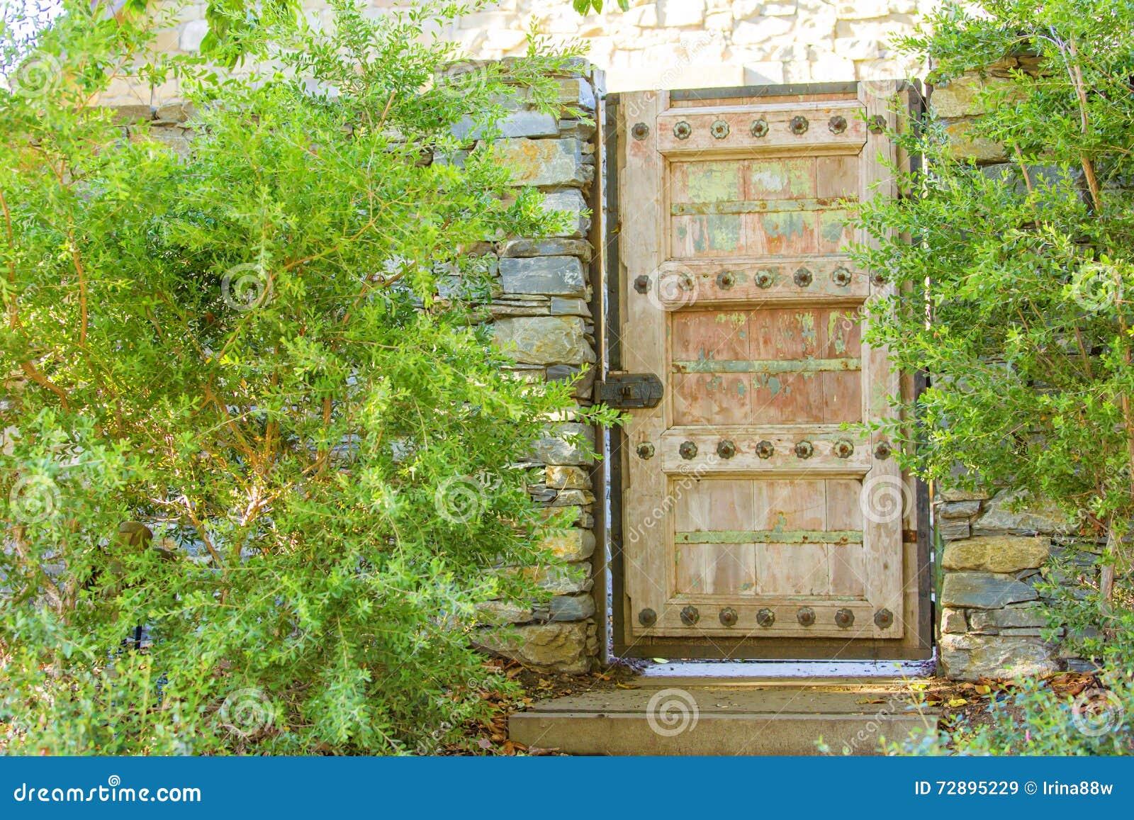 Houten poort als ingang aan het huis stock afbeelding afbeelding