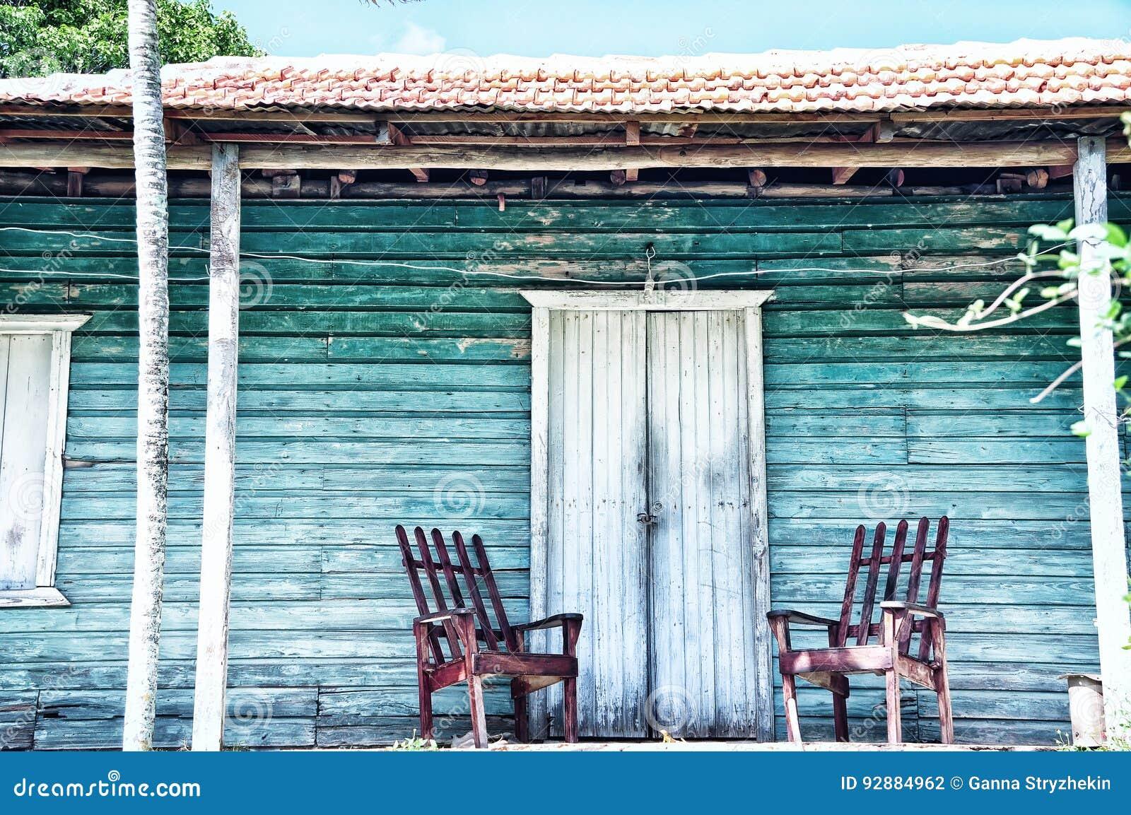 Houten portiek van het oude huis