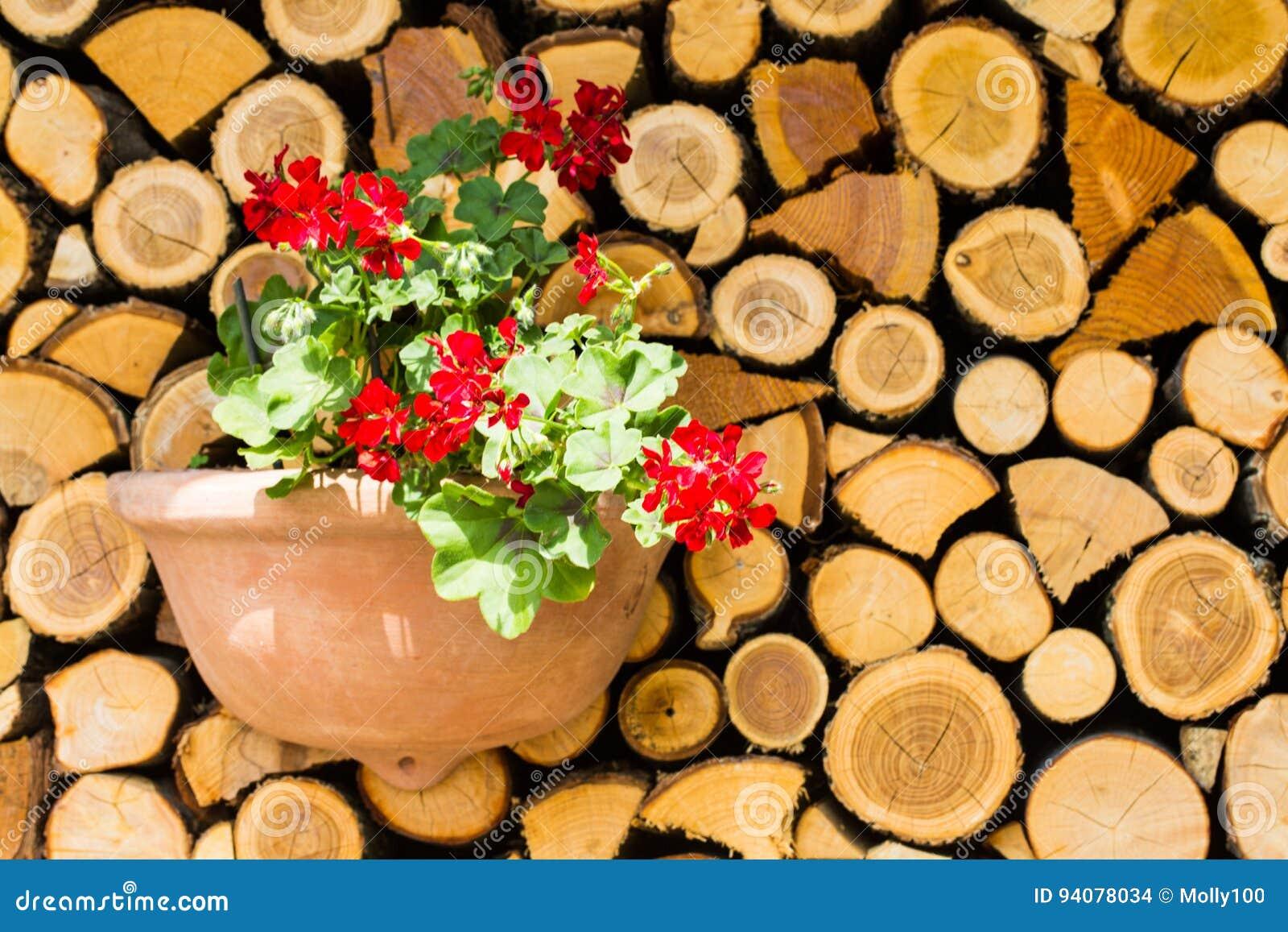 Houten raad, houten stapel met bloemen, decoratie