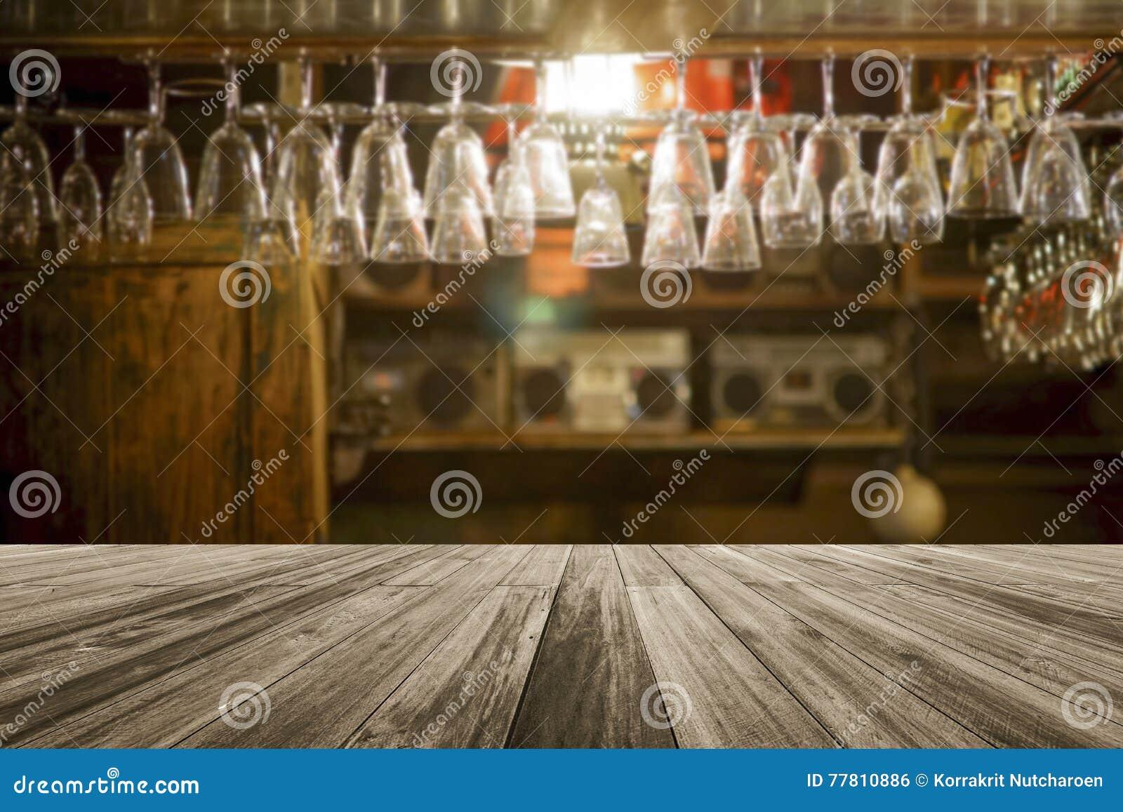 Houten raads lege lijst voor vage glas hangende bovenkant - neer op een plank bij barachtergrond