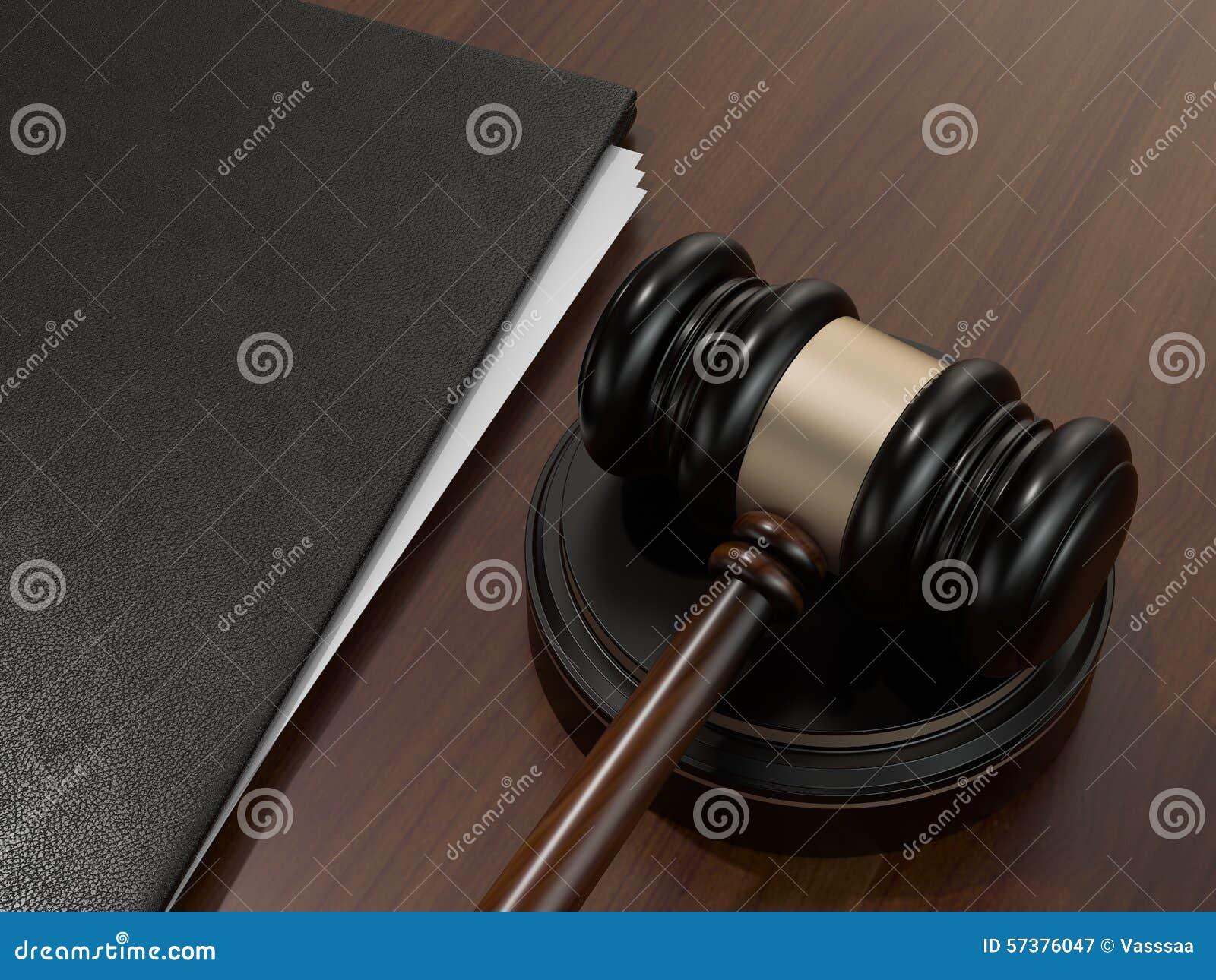 Houten rechtershamer en leeromslag op de bruine houten achtergrond