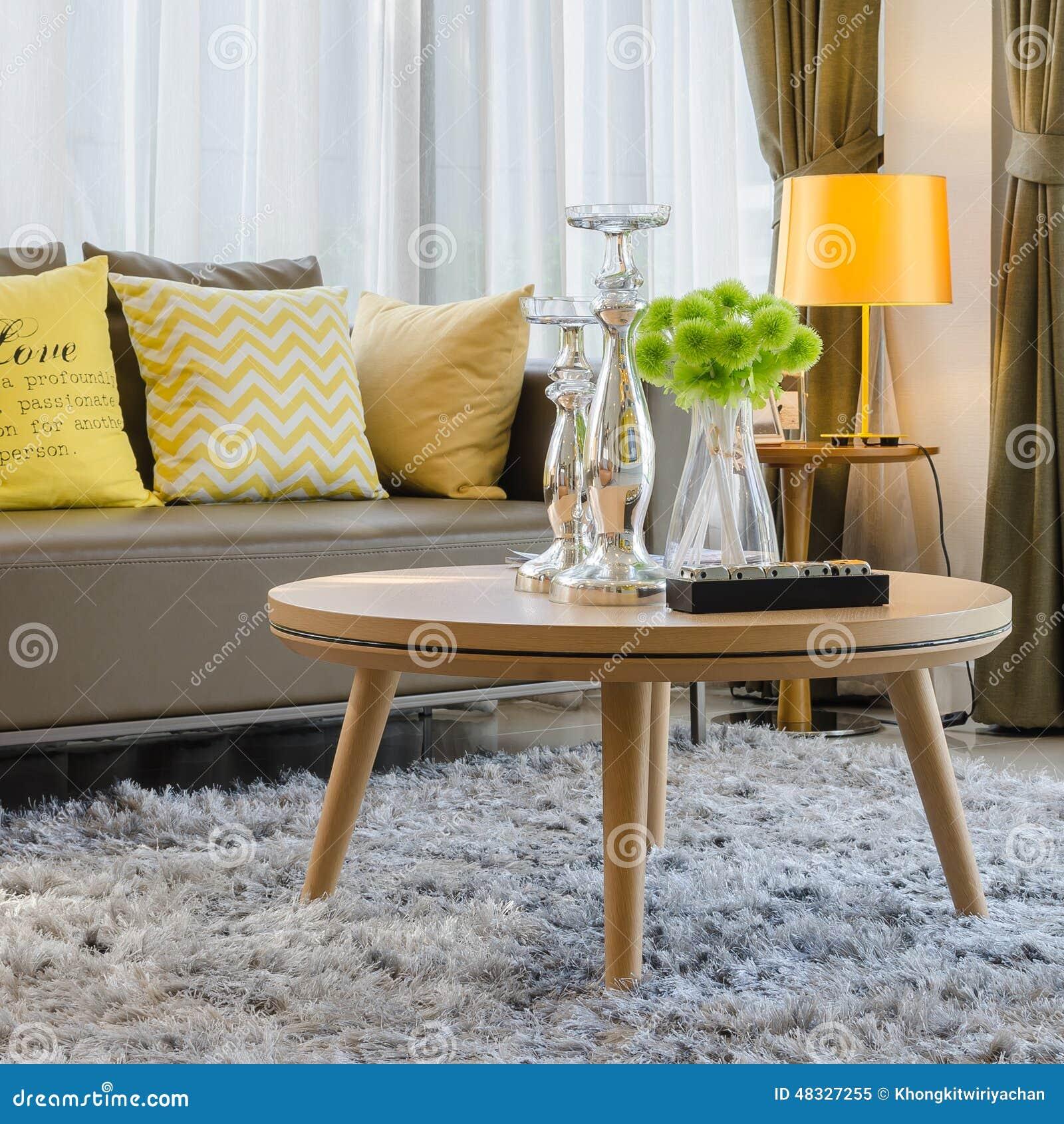 Houten rondetafel op tapijt in woonkamer stock foto   afbeelding ...