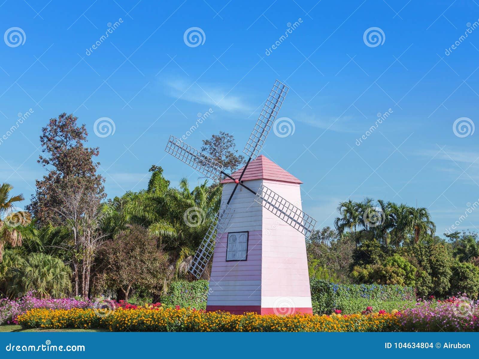 Download Houten Roze Wildmill In Openbaar Park Stock Foto - Afbeelding bestaande uit growing, landschap: 104634804