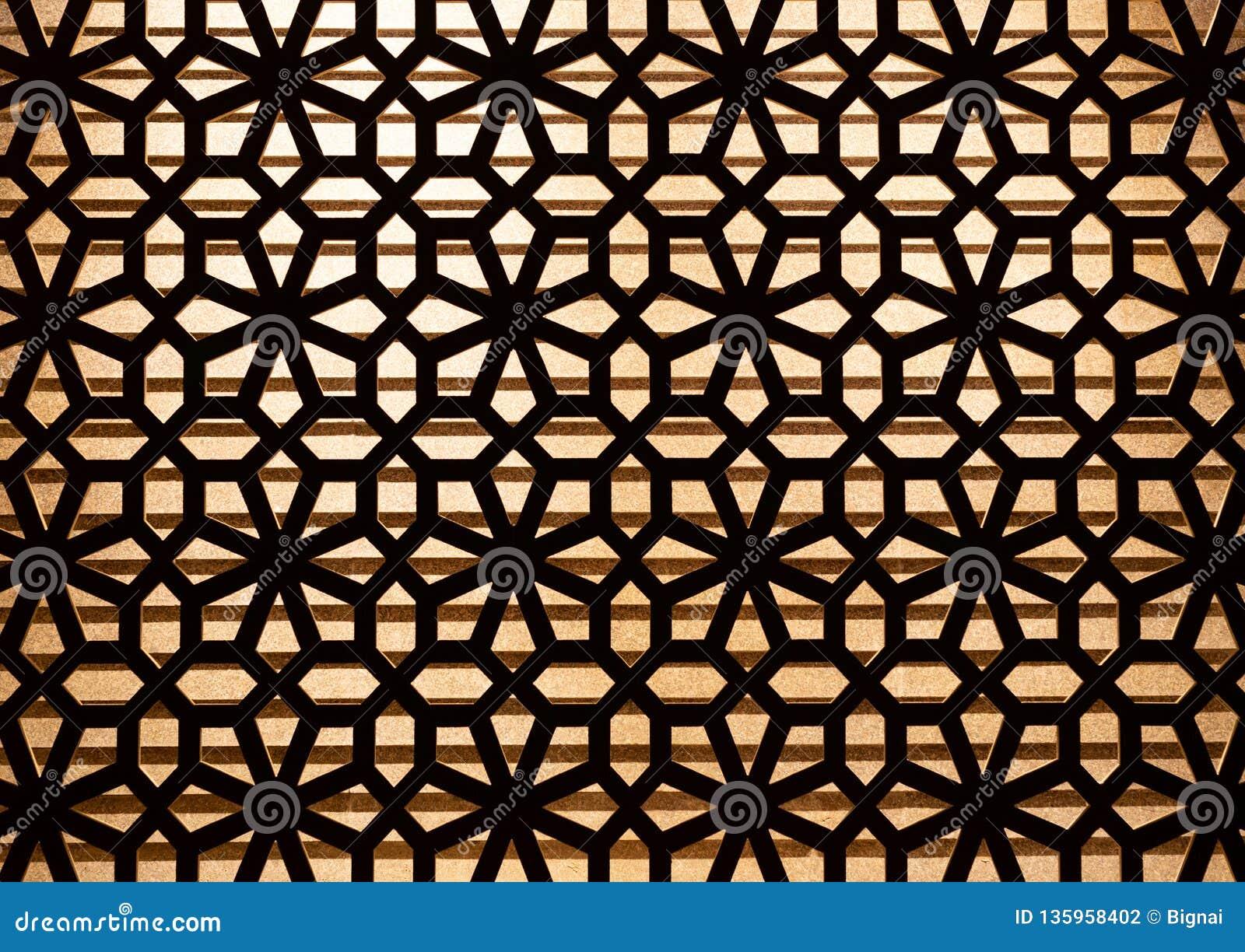 Houten snijd patroondecoratie op de muur met verlichting op achtergrond