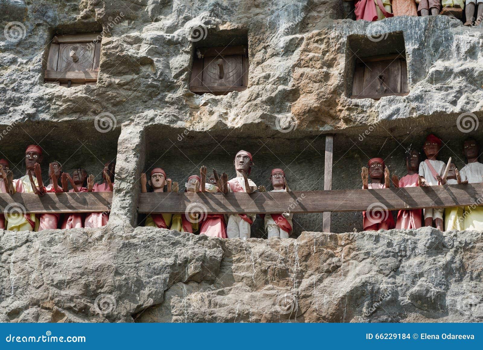 Houten Standbeelden van Tau Tau Lemo is plaats van de klippen de oude begrafenis in Tana Toraja Zuiden Sulawesi, Indonesië