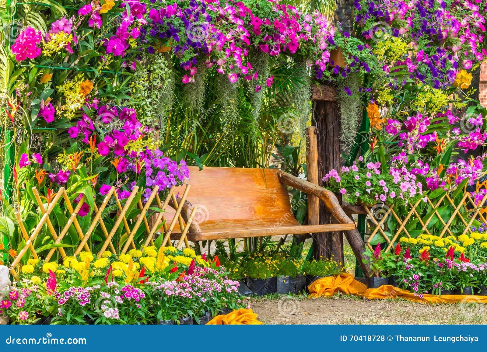Houten stoel in de bloementuin stock foto afbeelding for Www bloem en tuin nl