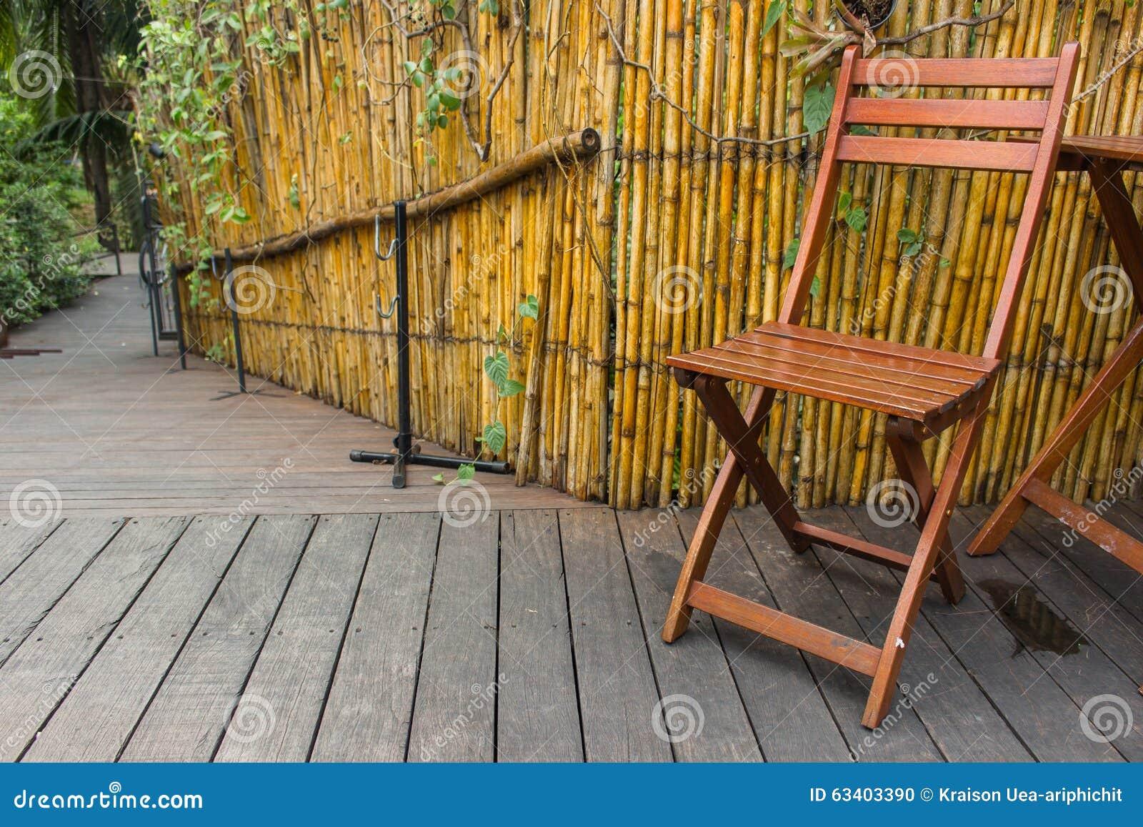 Houten Stoel Tuin : Houten stoel in tuin stock foto. afbeelding bestaande uit vakantie