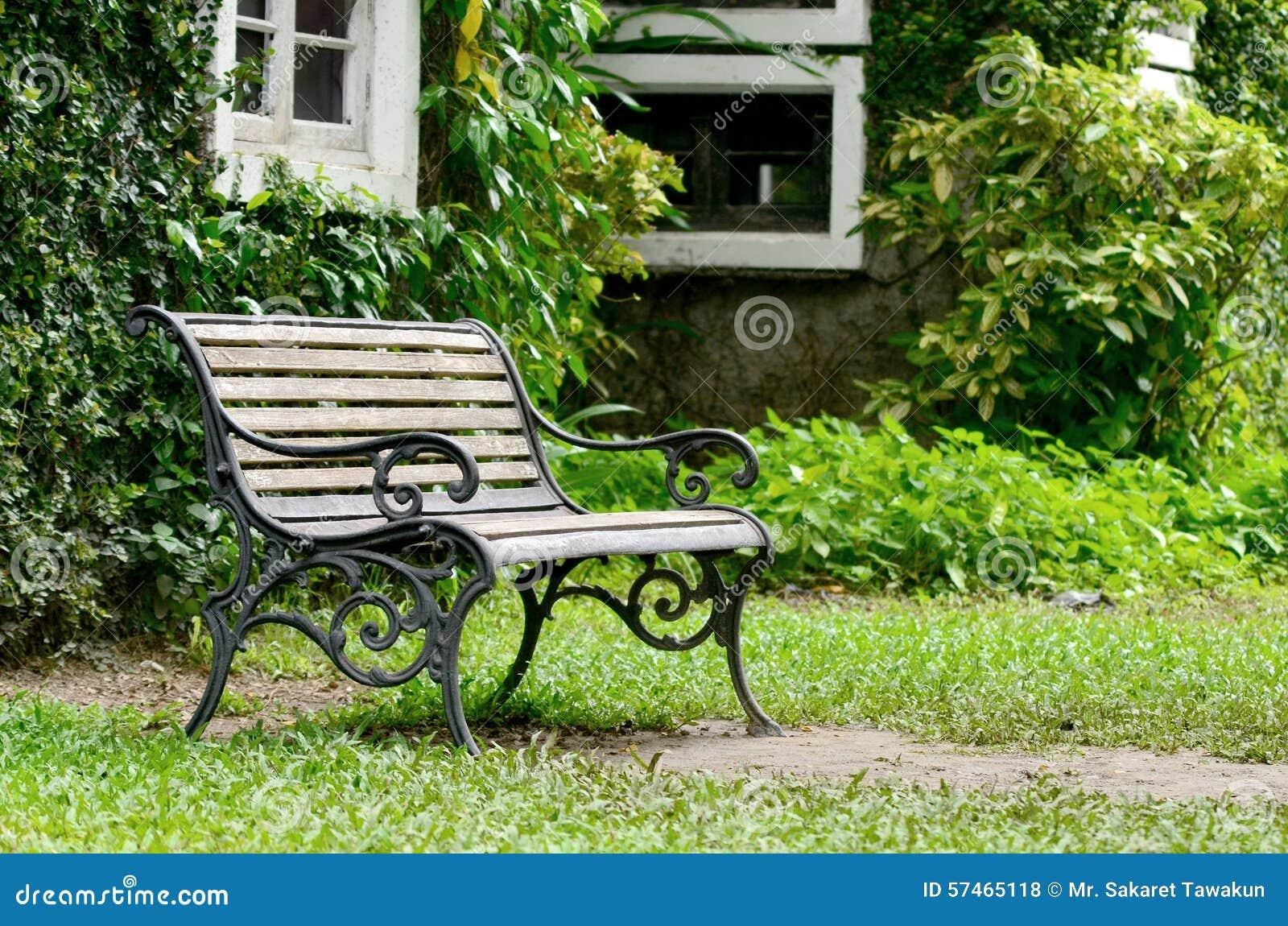 Houten Stoel Tuin : Houten stoel in tuin op smerige lichte dag stock foto afbeelding