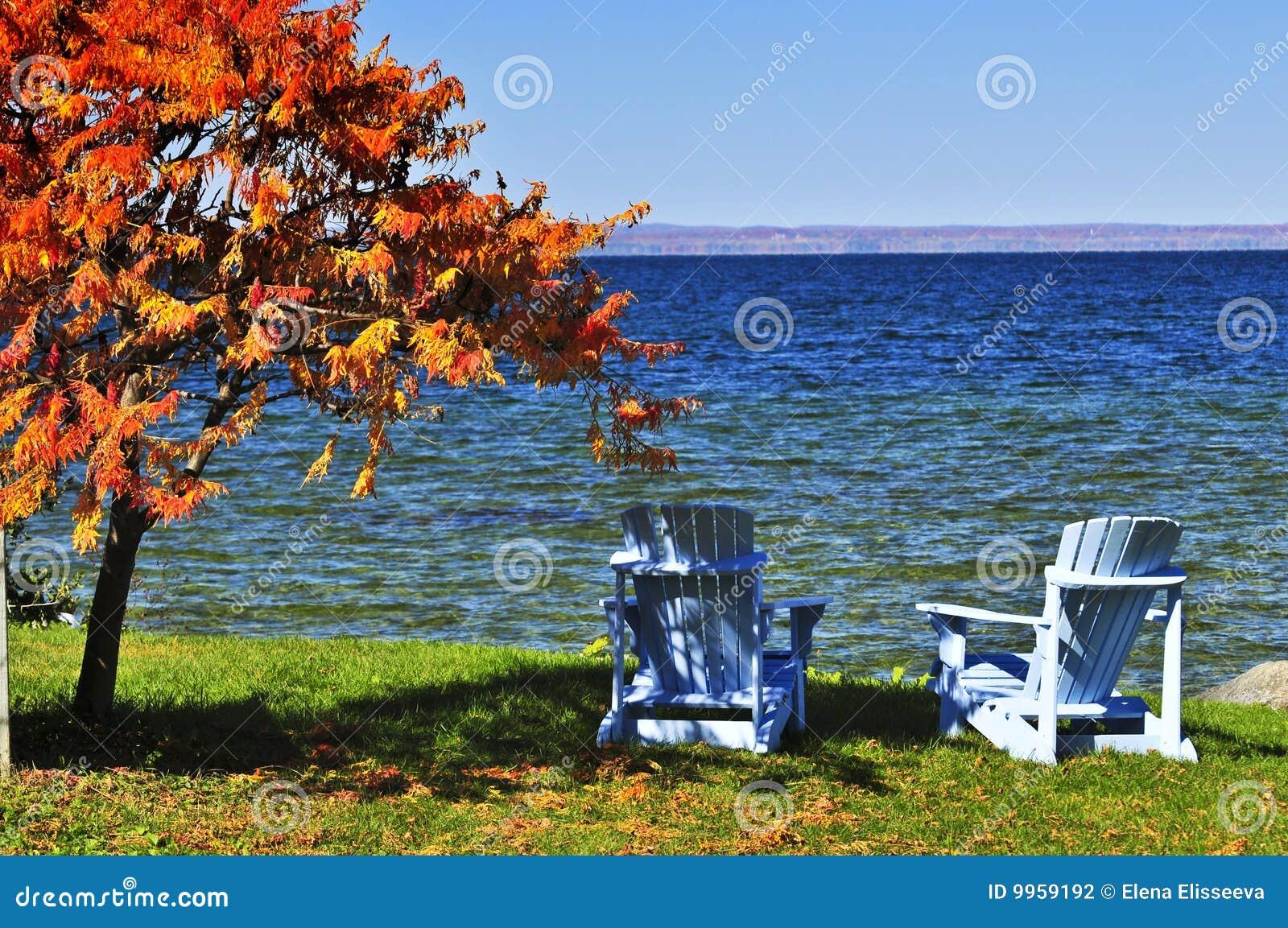 Houten stoelen op de herfstmeer