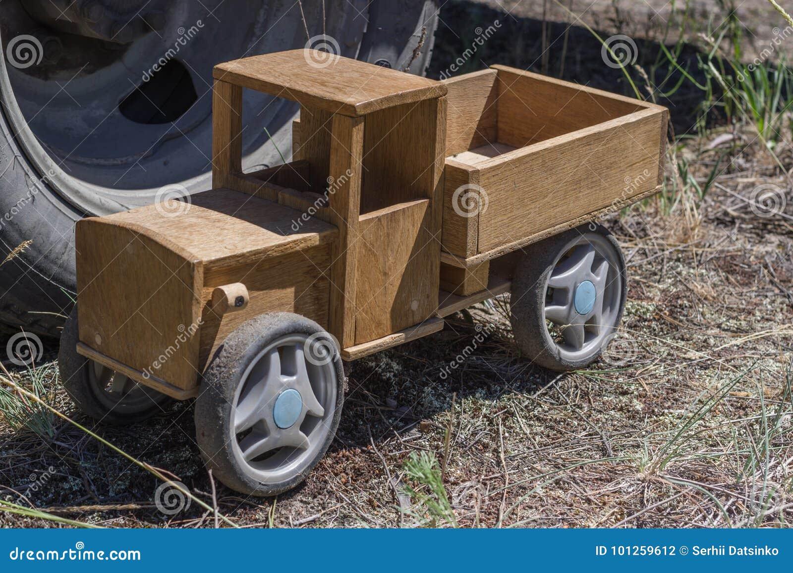 Grote Houten Wielen.Houten Stuk Speelgoed Vrachtwagen Op De Achtergrond Van Het