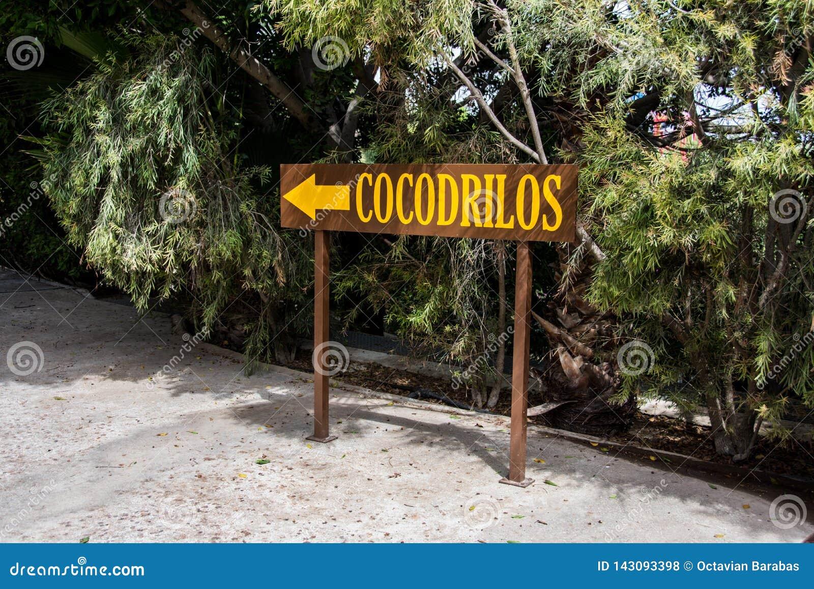 Houten teken voor richting aan krokodil parc