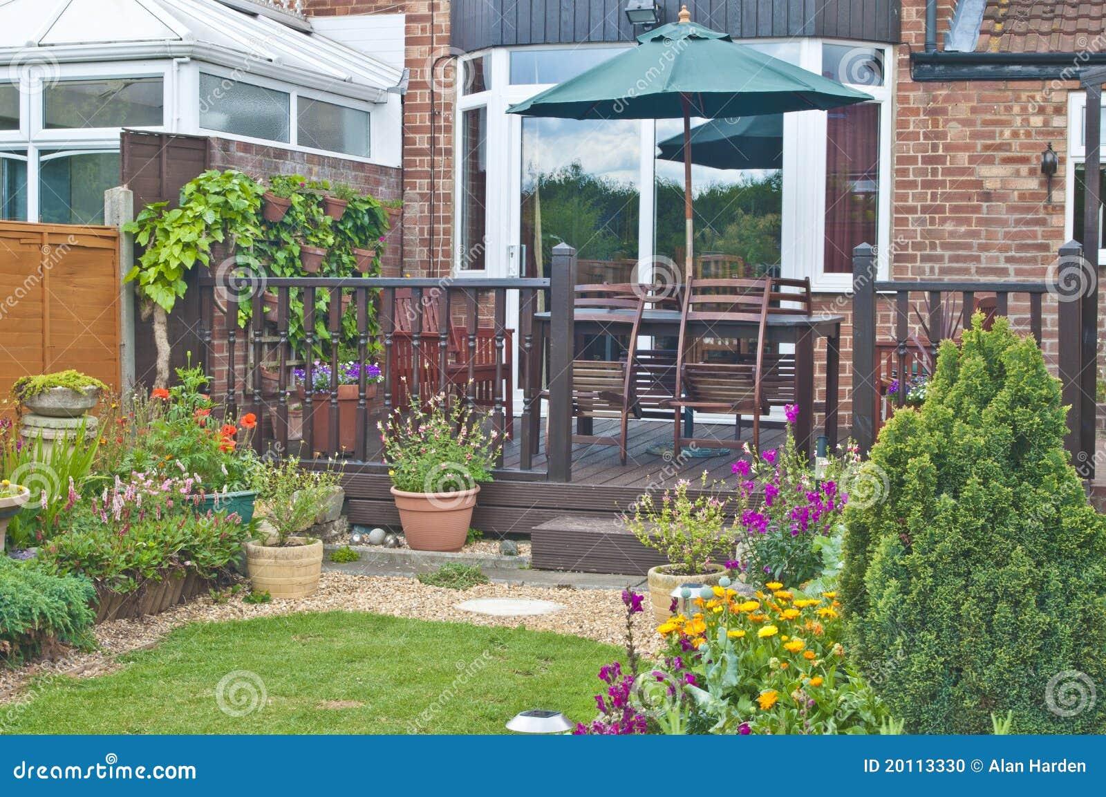 Houten terras in een engelse tuin stock foto afbeelding 20113330 - Foto van het terras ...