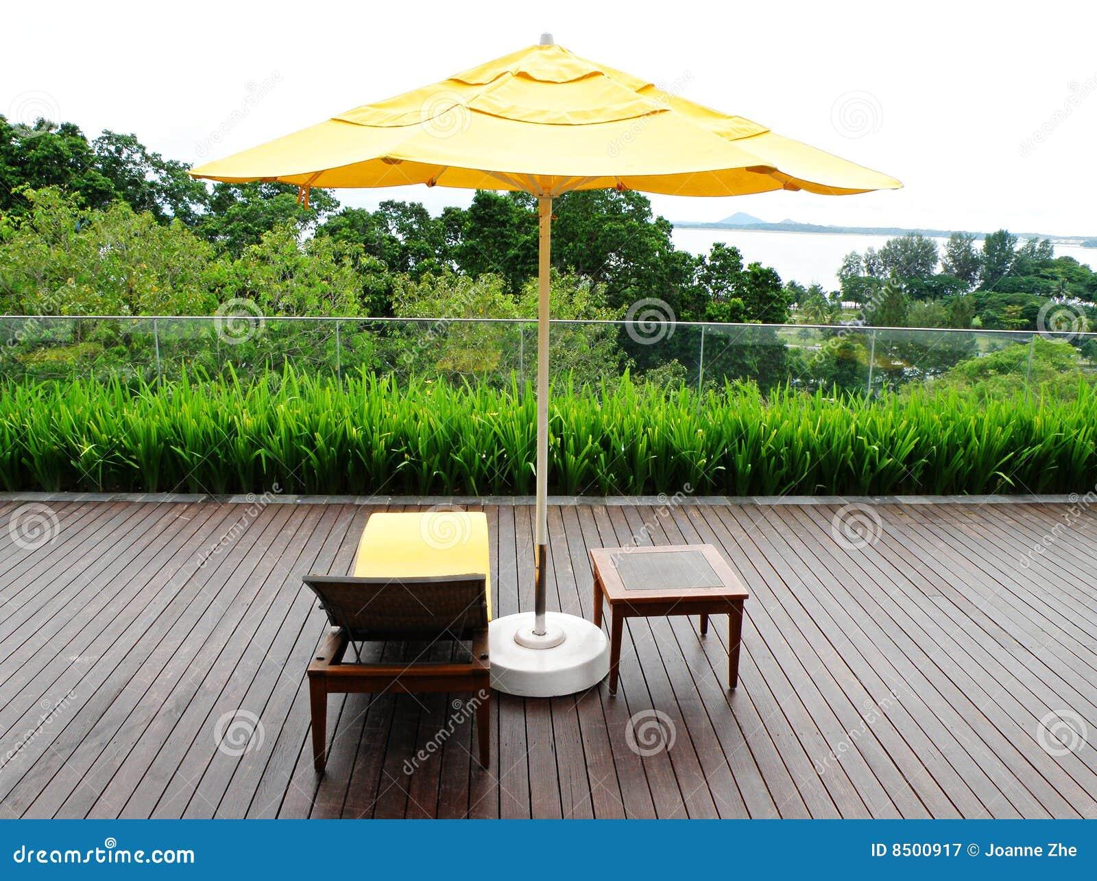 Houten terras en openluchtmeubilair stock afbeelding afbeelding