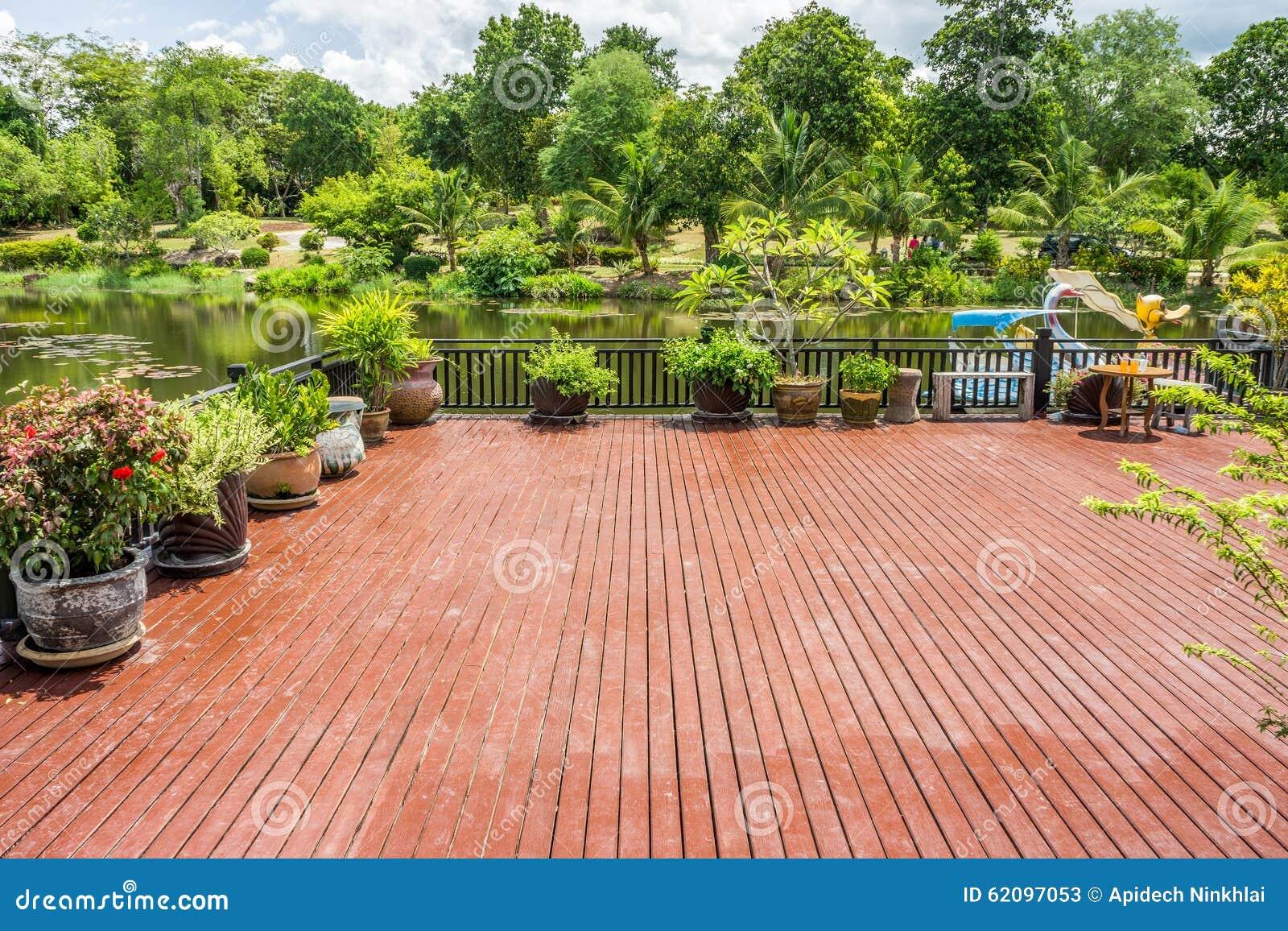 Houten terras met vijver en tuin stock foto afbeelding 62097053 - Terras tuin decoratie ...