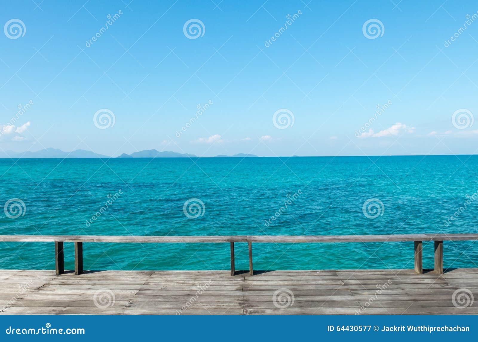 Houten terras op het strand met blauwe overzees en duidelijke blauwe hemel stock foto - Terras hout ...