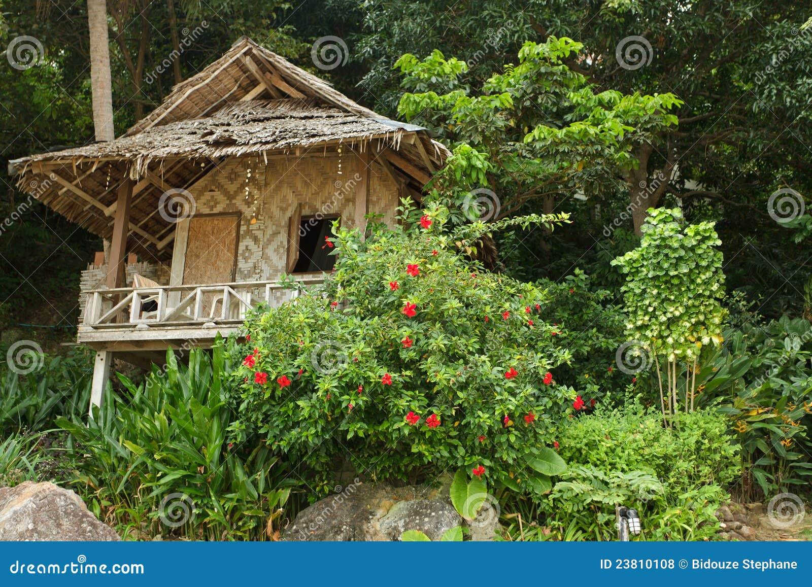 Houten toevlucht in tropisch eiland