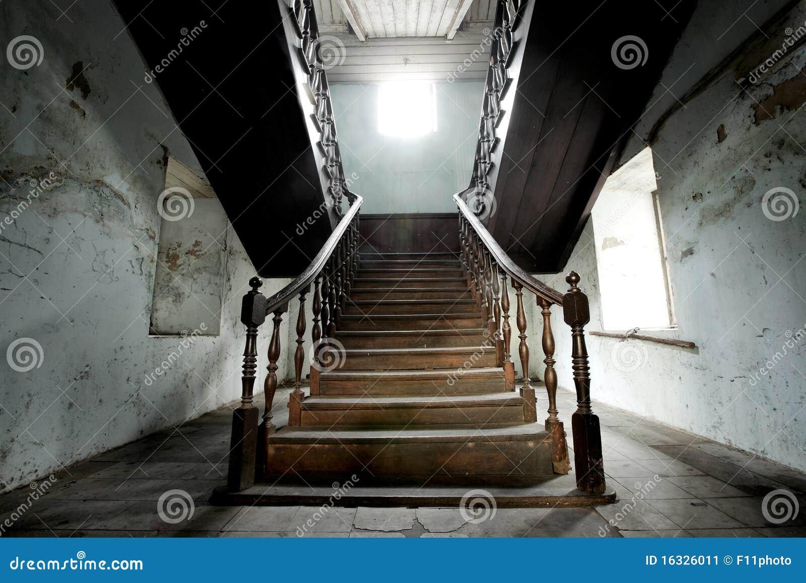 Houten trap in oud huis stock afbeelding afbeelding for Buitenste trap ontwerp