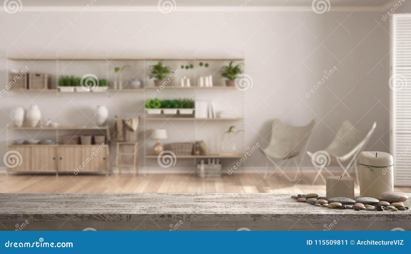 Houten uitstekende lijstbovenkant of plank met kaarsen en kiezelstenen, zen stemming, over vage lege ruimte met verticale shelvin