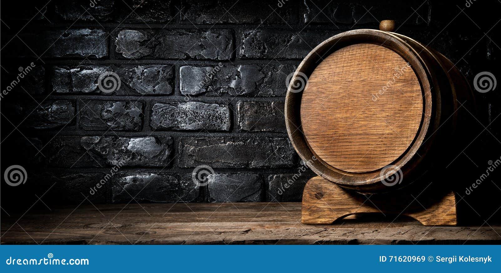 Houten vat en bakstenen