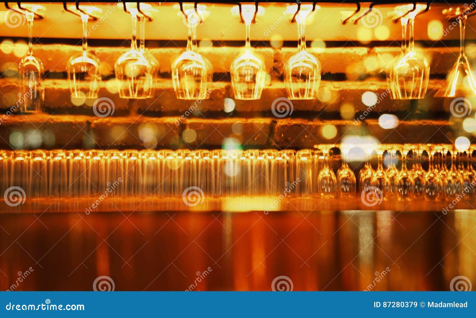 Houten vertoningsteller met wijnglas in bar bij nachtachtergrond