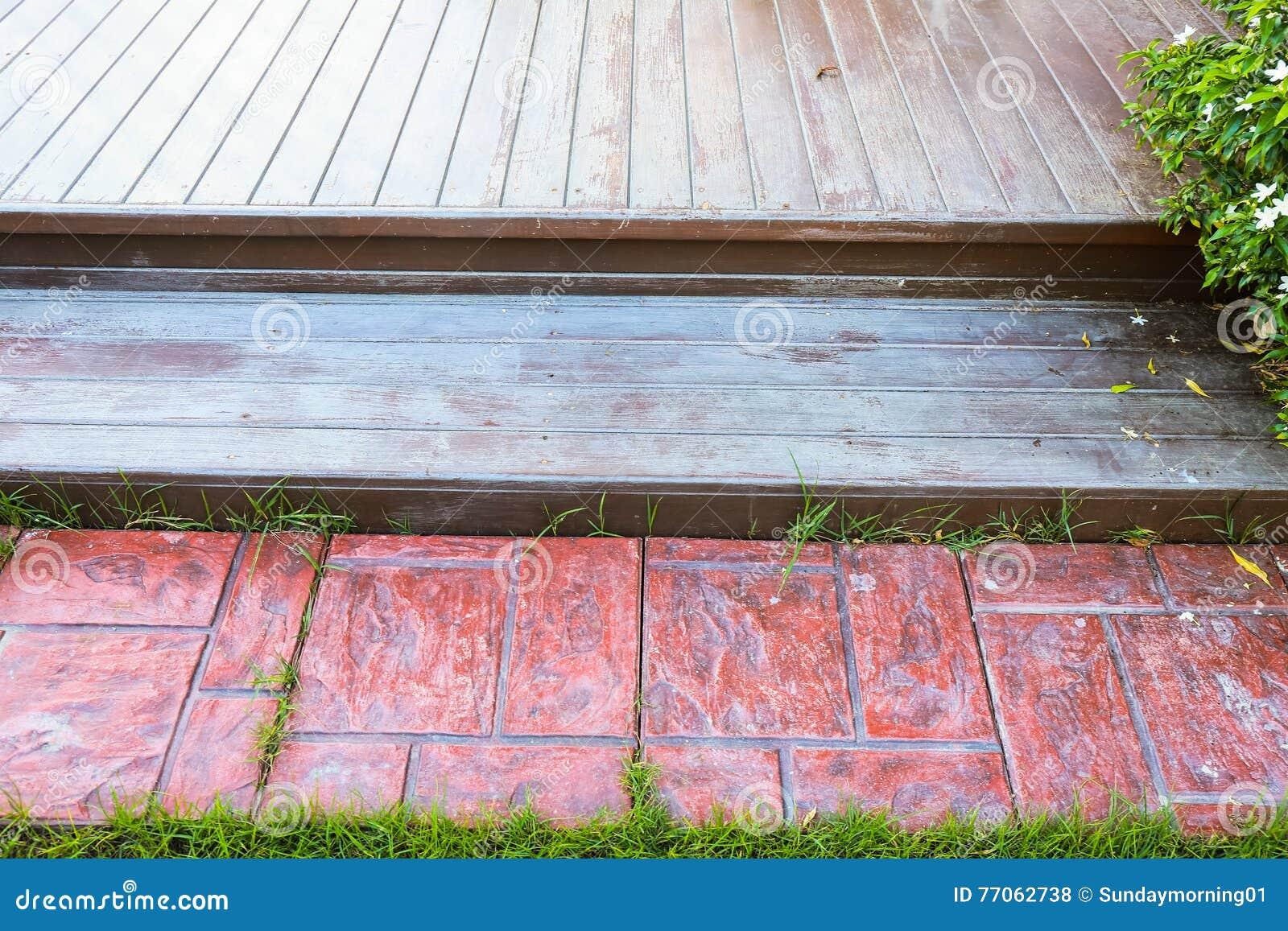 Houten vloer en betegeld thuis terras stock foto afbeelding