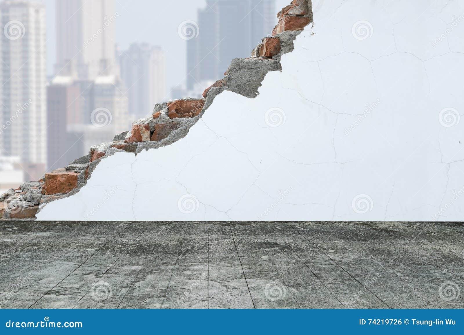 Houten vloer met witte het schilderen gebarsten bakstenen muur en