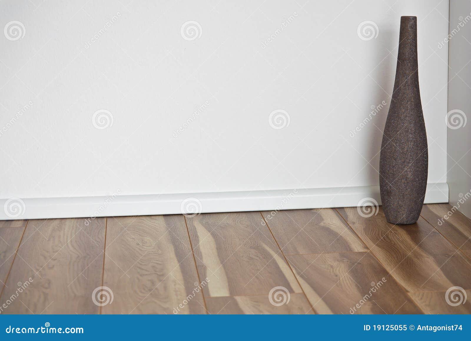 Houten vloer met witte muur en vaas royalty vrije stock foto afbeelding 19125055 - Binnenkleuren met witte muur ...