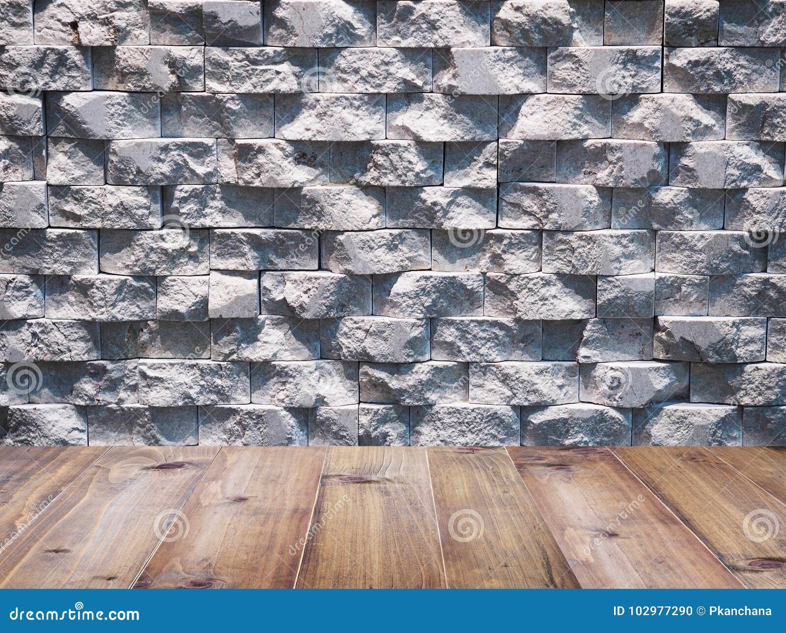 Houten vloer over geometrische rechthoekige marmeren steenmuur voor