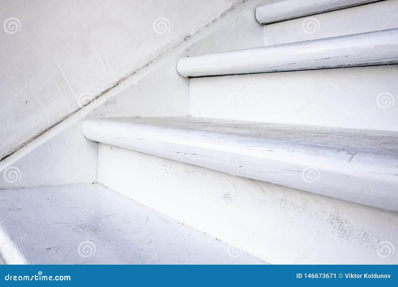 Houten witte trap dichte omhooggaande mening Detail van landelijk huis