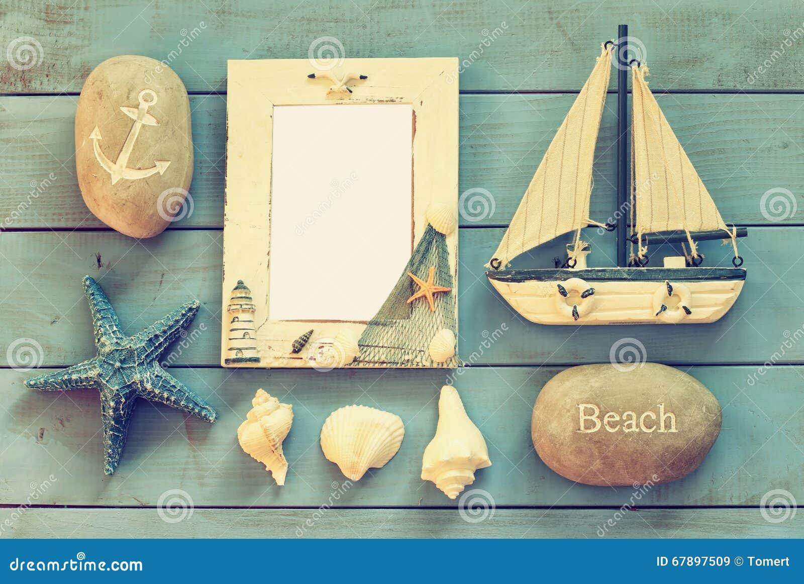 Houten zeevaartkader en varende boot op houten lijst zeevaartlevensstijlconcept Gefiltreerde wijnoogst malplaatje