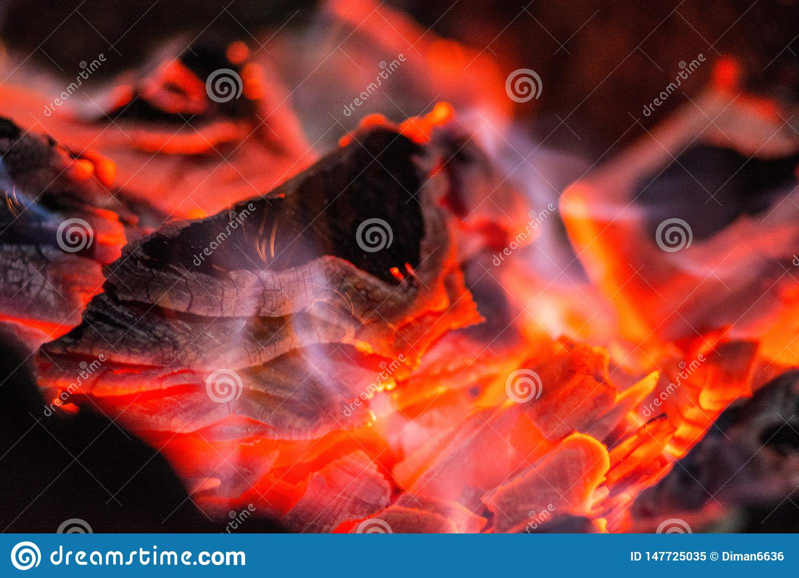 Houtskool Brandende hoorn Brandende steenkolen in de grill