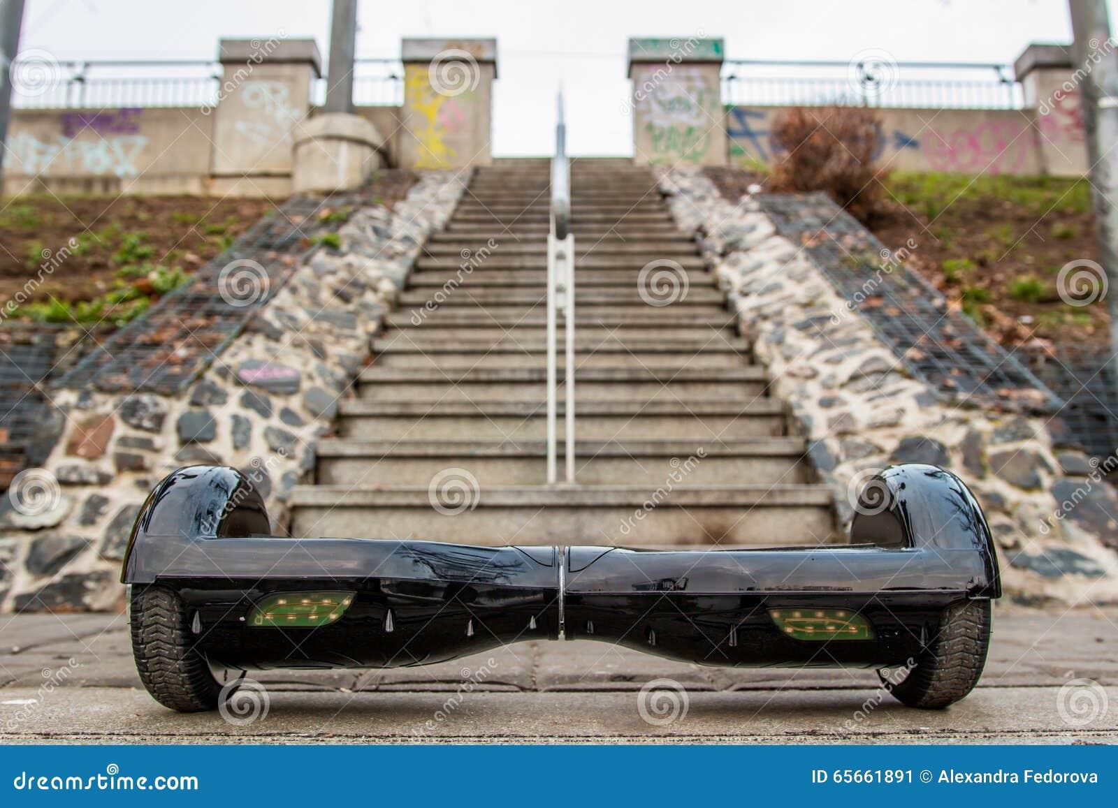 Hoverboard negro contra la perspectiva de las escaleras