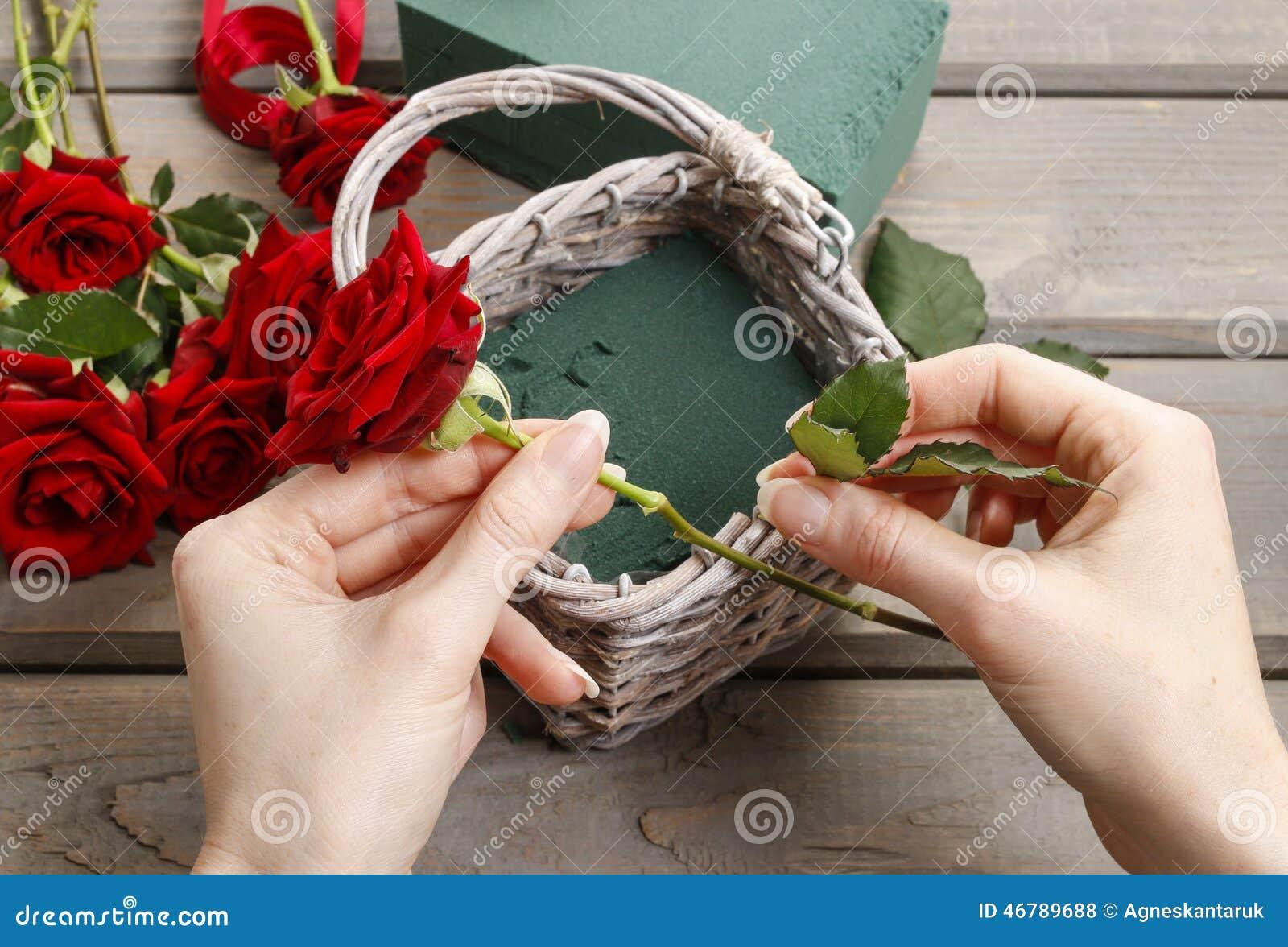Comment Faire Un Bouquet De Roses how to make bouquet of roses in wicker basket tutorial stock