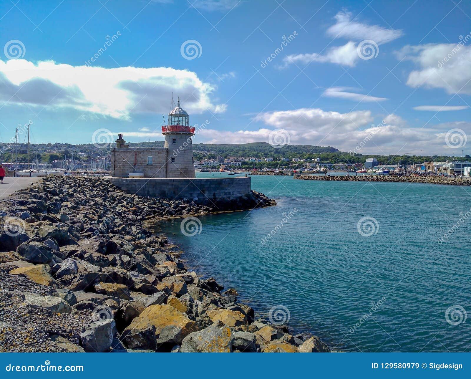 Howth港口老灯塔和海洋,都伯林爱尔兰在旅行之外的夏日